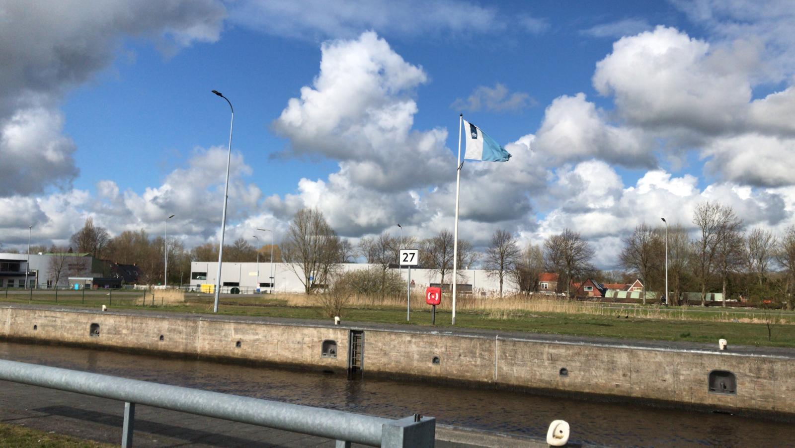Kilometerbord 27 bij de Oostersluis in Groningen. (Foto Rijkswaterstaat)