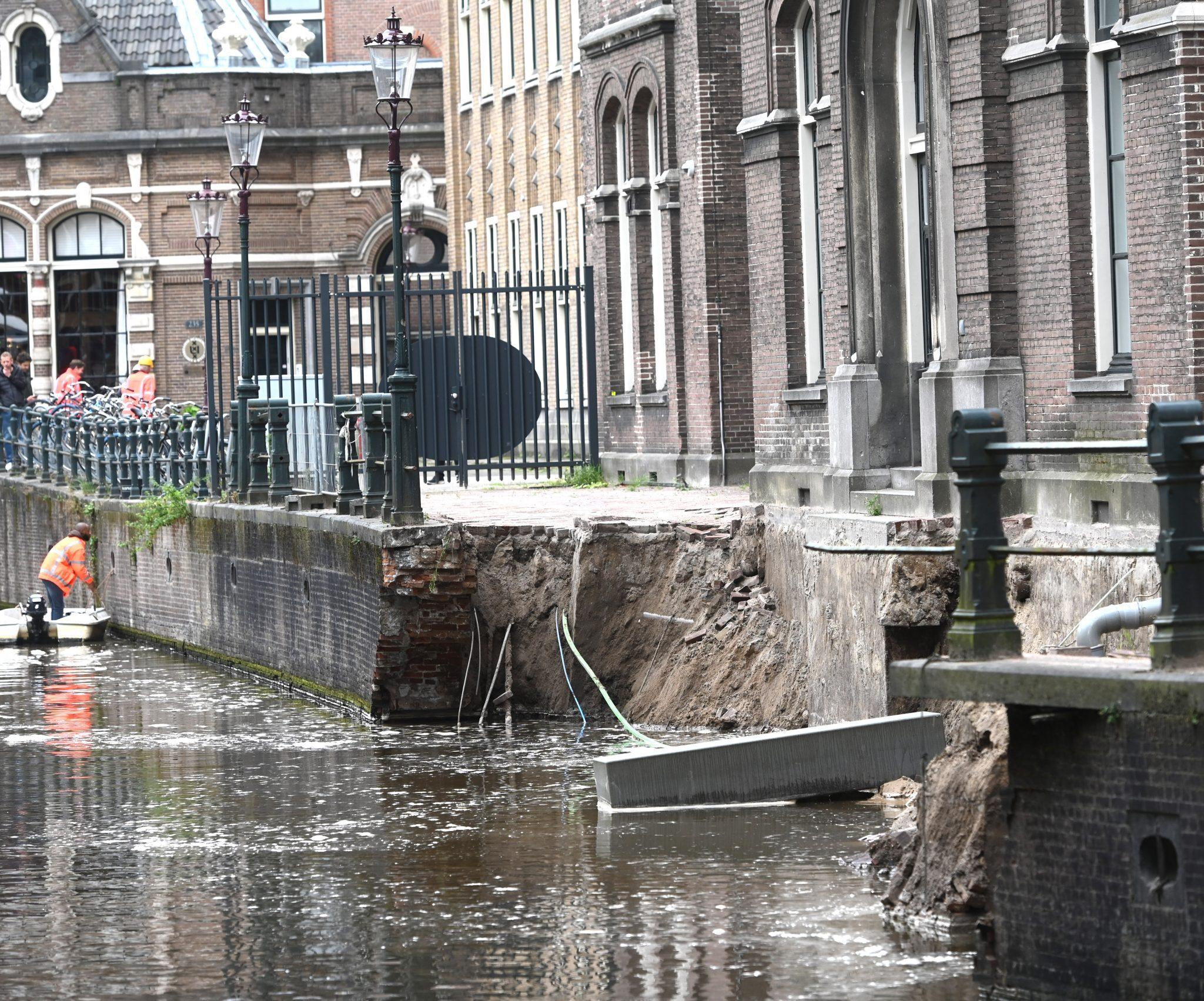 De ingestorte kademuur aan de Grimburgwal (Foto ANP)