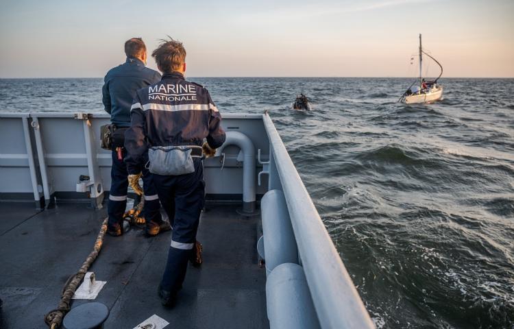 Het gehavende jacht gezien vanaf de patrouilleboot Flamant van de Franse marine (Foto Marine Nationale).jpg