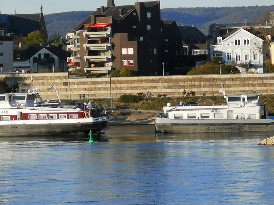 Lostornen vastgelopen schip bij Neuwied (Foto Facebook)