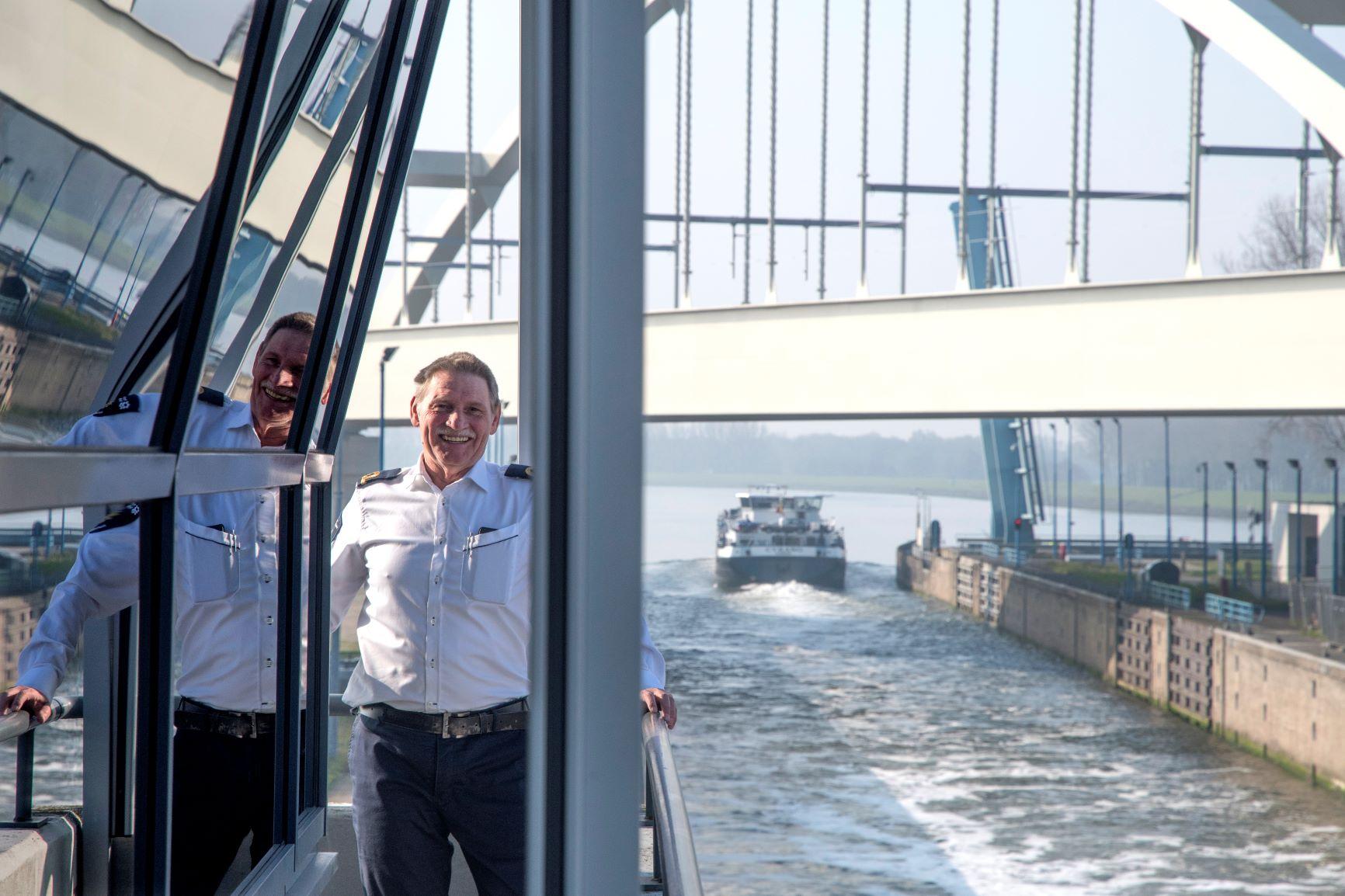 Sluiswachter Bertus Verloop zal de sluis in de toekomst wellicht op afstand bedienen (Foto Ries van Wendel de Joode)