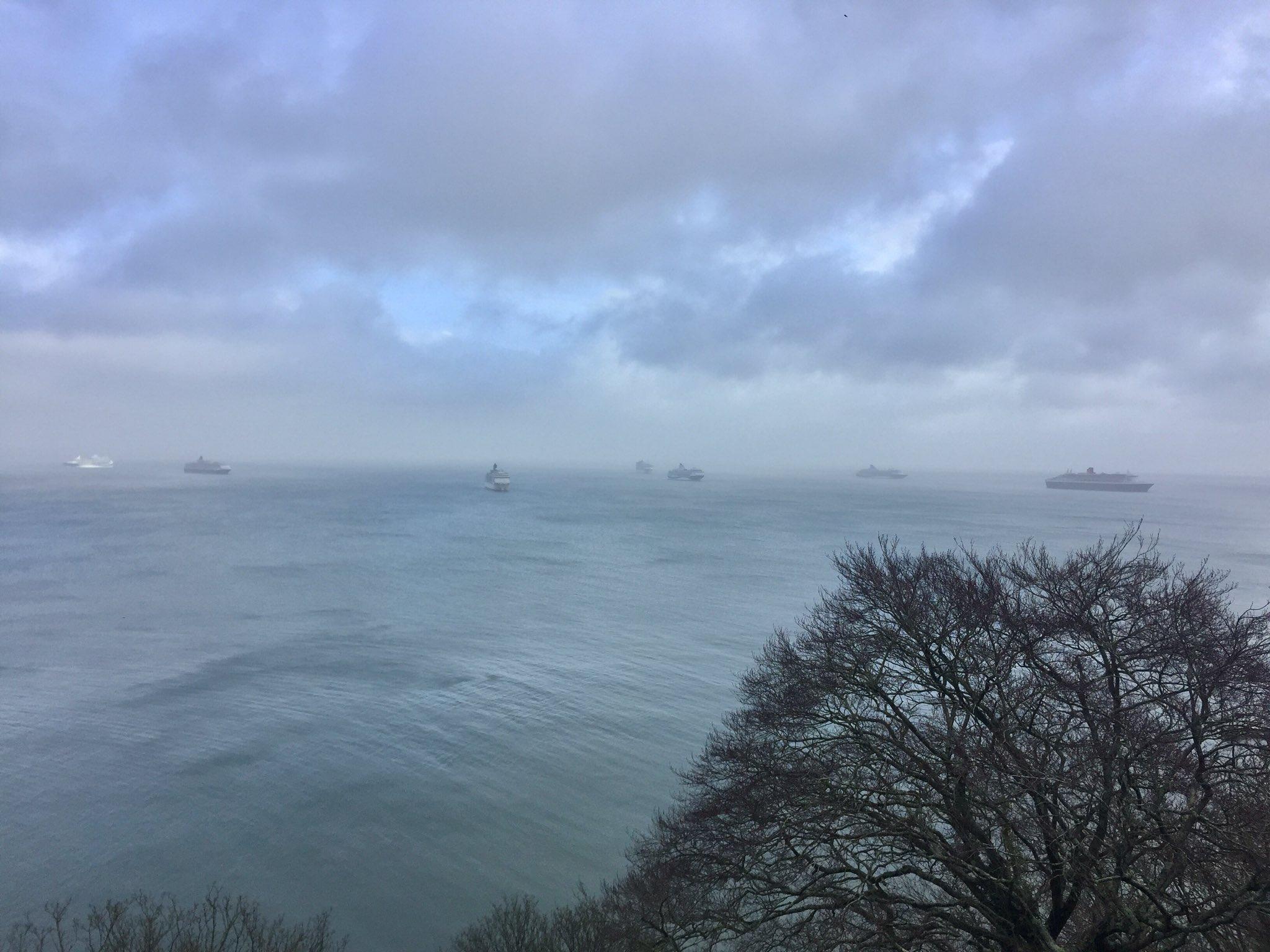 Cruiseschepen voor de kust bij het Britse Torquay (Foto: Twitter/CharlieBhoy)