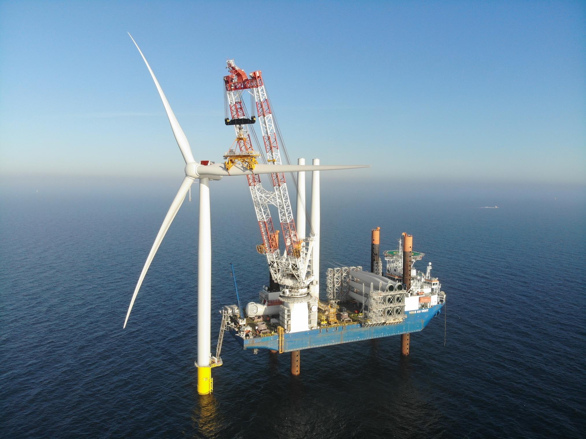 Een van de 187 meter lange windmolens wordt klaar gemaakt (Foto Jan De Nul)