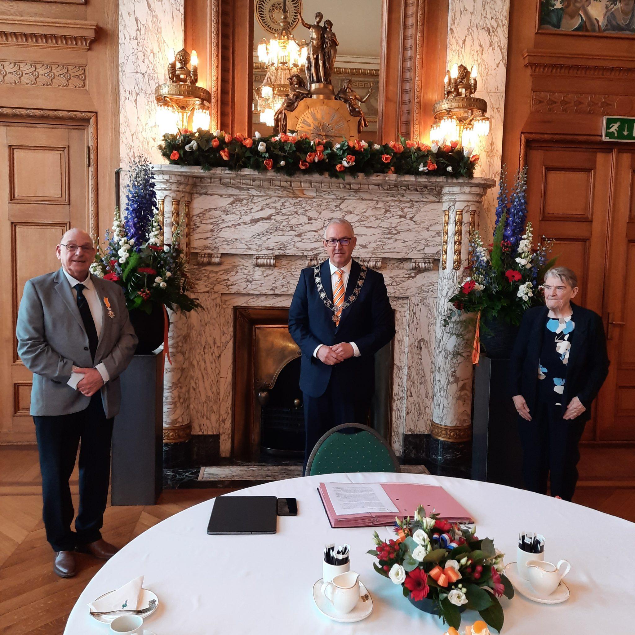 De pas onderscheiden Ridder in de orde van Oranje-Nassau Chris van Eijmeren (links) in het Rotterdamse stadhuis met burgemeester Ahmed Aboutaleb en echtgenote Janny (rechts). (Foto Franciena van Eijmeren.)