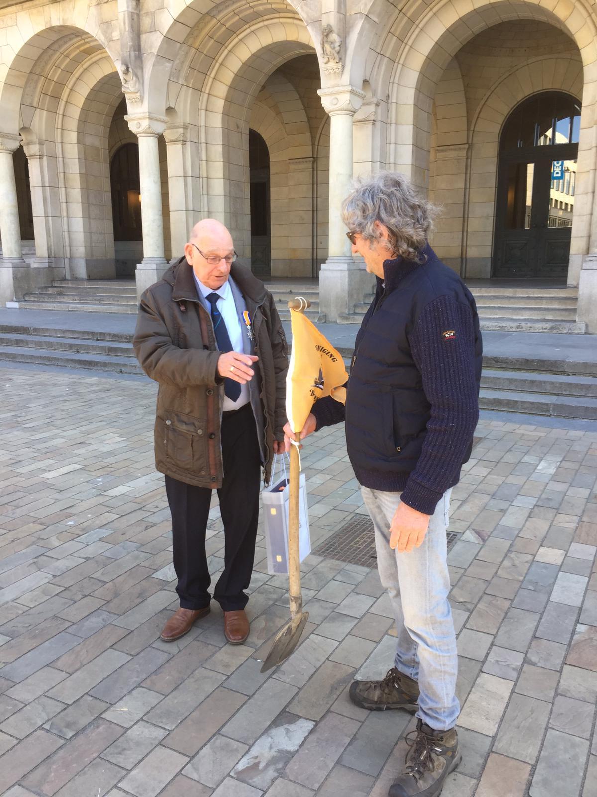 Onderaan de stadhuistrap overhandigde Jos Hubens, voorzitter van stichting De Binnenvaart en ambassadeur van de vereniging, aan Chris van Eijmeren een schep om alvast te beginnen aan een tunnel in de Bocht van de Esch onder de Nieuwe Maas. (Foto Vereniging 'De Binnenvaart')