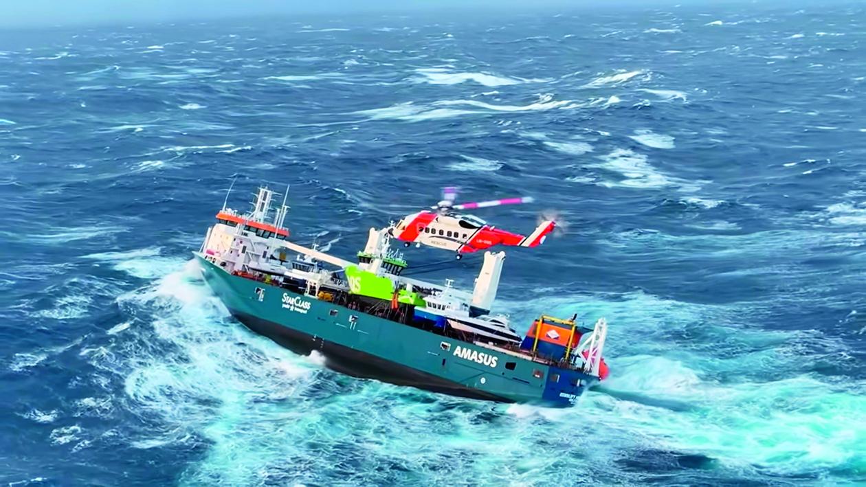 De eerste acht opvarenden worden van boord gehaald. De voorstuwing functioneert nog. Foto Kustwacht