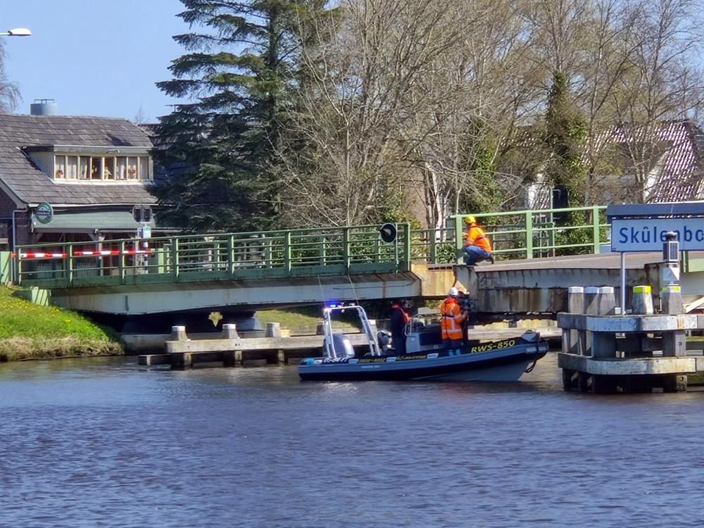 Monteurs hebben rond het middaguur handmatig de brug opengedraaid zodat de scheepvaart door kon varen. Foto Geert Huisman