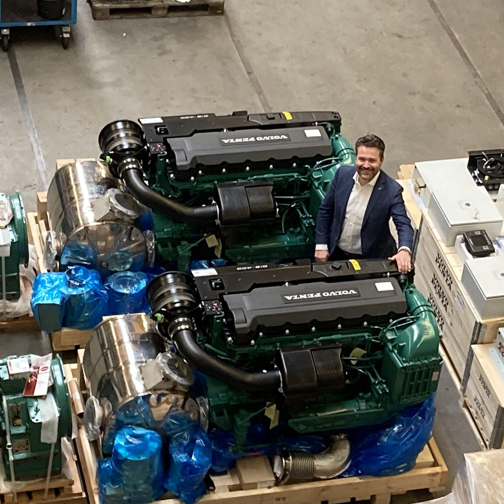 Bij Lemmen Diesel Engines BV aan de Beneden Merwede in Sliedrecht zijn onlangs de eerste twee D13 Stage V motoren met uitlaatgassen nabehandelingsinstallatie geleverd voor het MBS Zuiderdiep van 70 meter. Jan Willem Vissers staat hier bij de motoren. (Foto Volvo Penta)