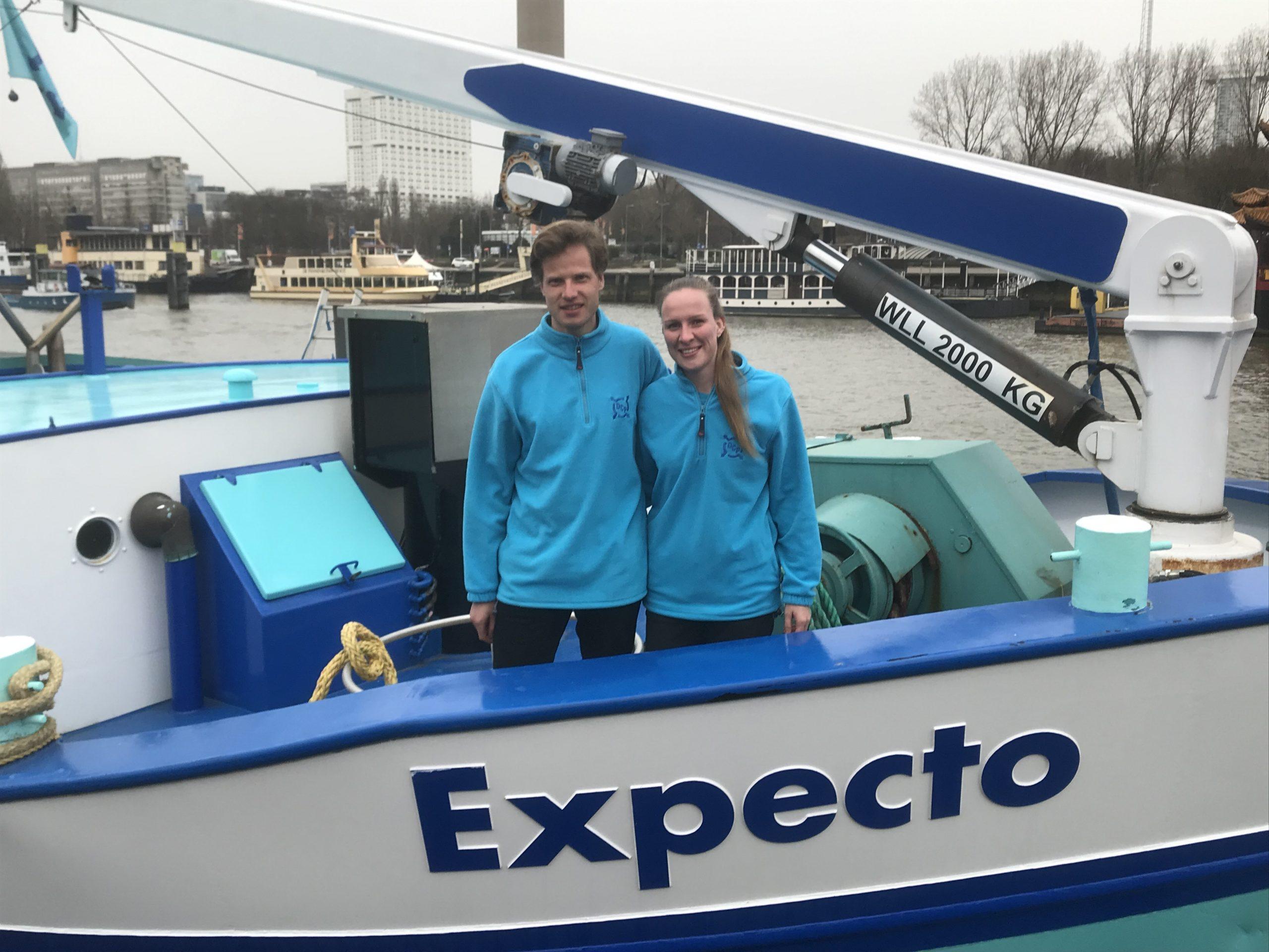 De ouders van zowel Pim Timmerman als Machalina Meinderts hadden een zeilboot en wisten zo de liefde voor het varen aan hun kinderen door te geven. Ze leerden elkaar kennen tijdens hun werk op de waterbus, maar varen sinds eind 2019 samen op de Expecto.
