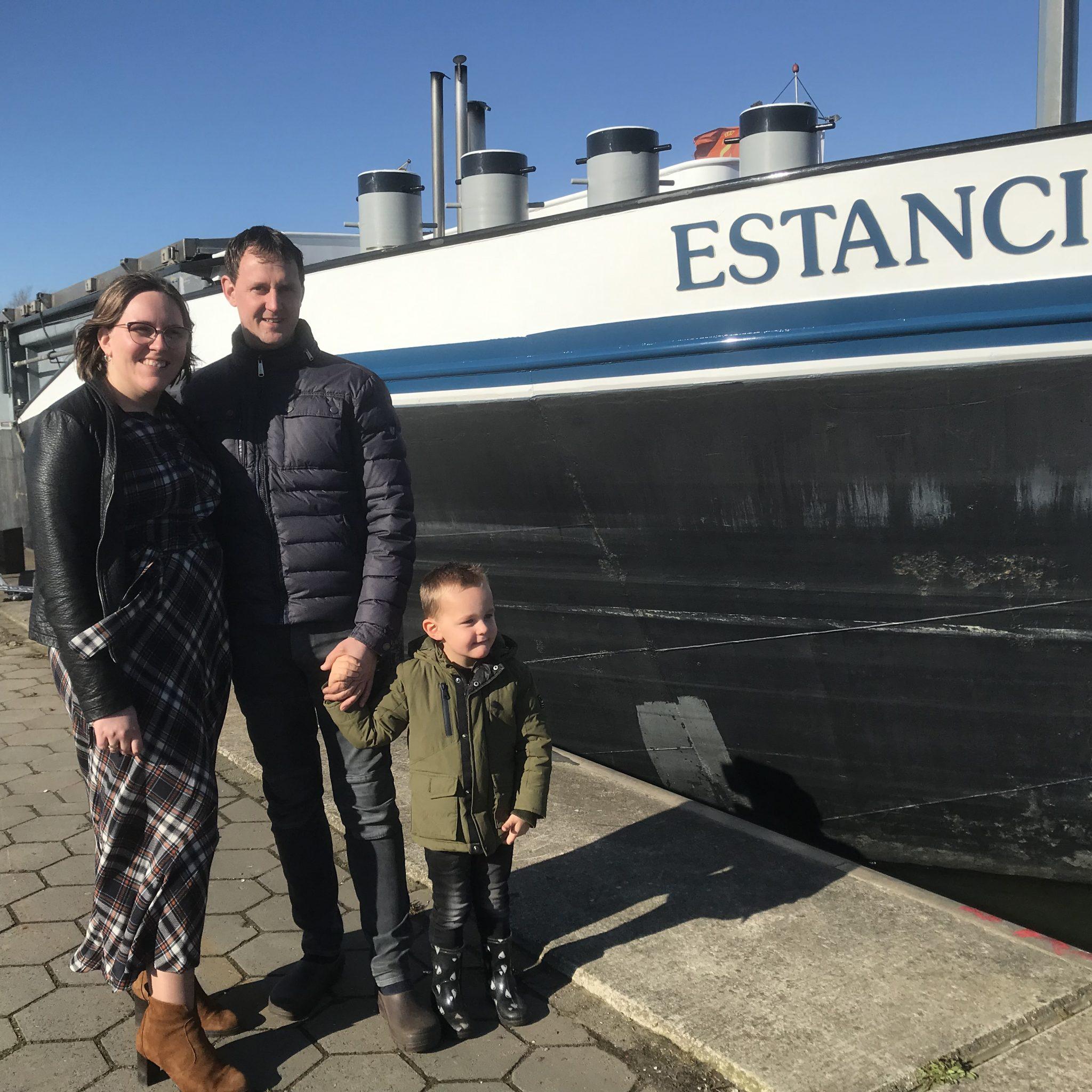Marjolein, Dirk en Gideon Kieboom. 'Dit schip is ideaal, je kunt er alle kanten mee op.' (Foto Hannie Visser-Kieboom)