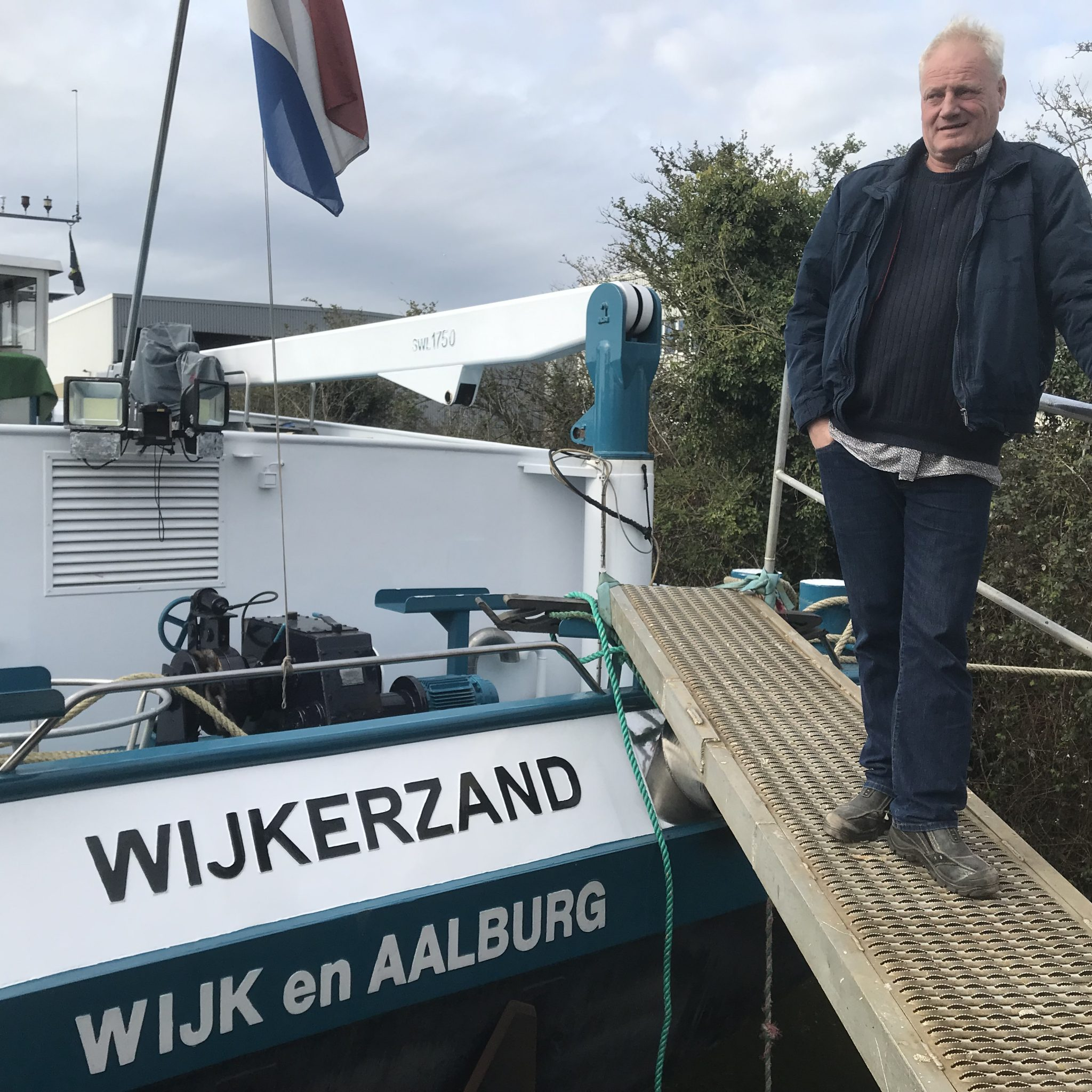 Goof van Andel bij zijn schip Wijkerzand. (Foto Hannie Visser-Kieboom)