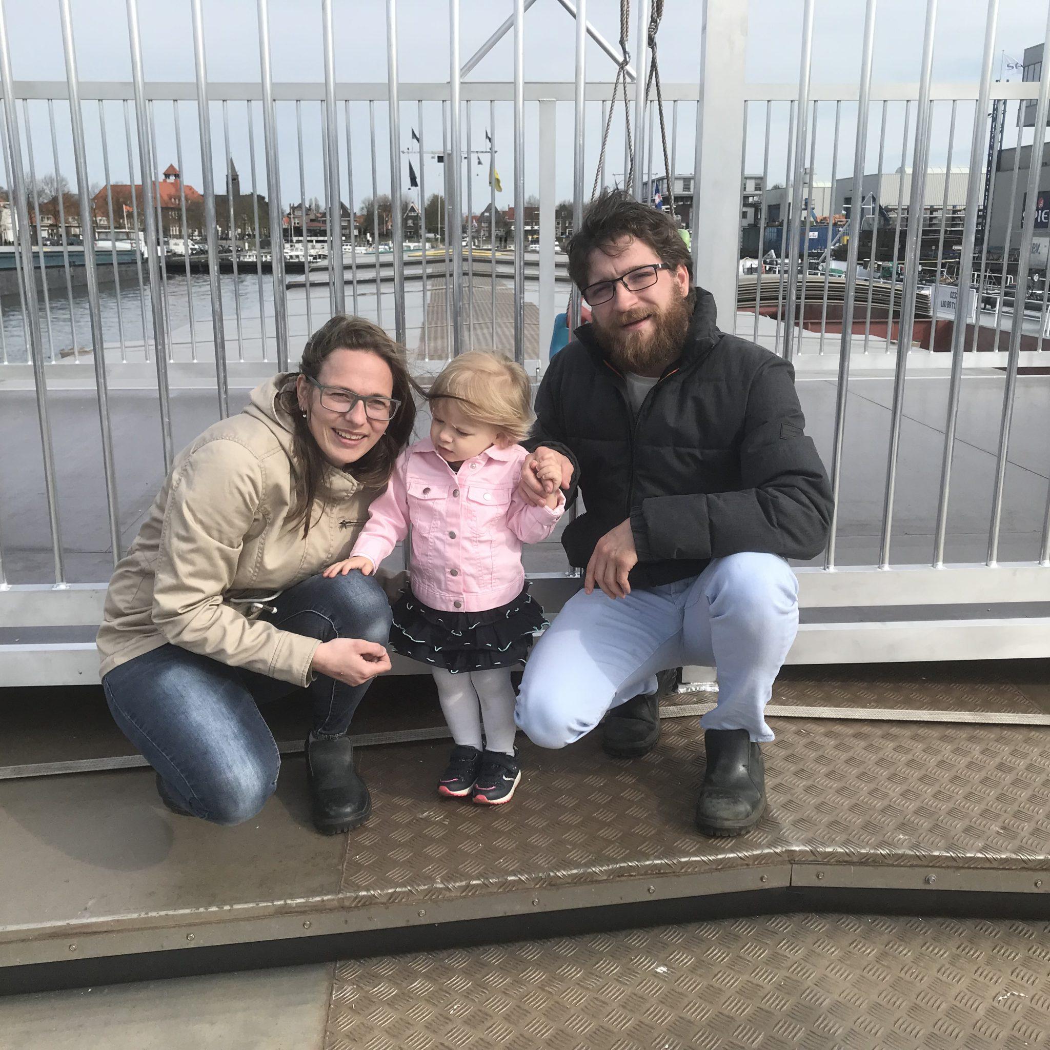Chantal, Floor en Stephan Hagenaar. Floortje is bijna twee, maar gaat straks naar het internaat. Net als haar vader, die het er erg naar zijn zin heeft gehad. (Foto Hannie Visser-Kieboom)