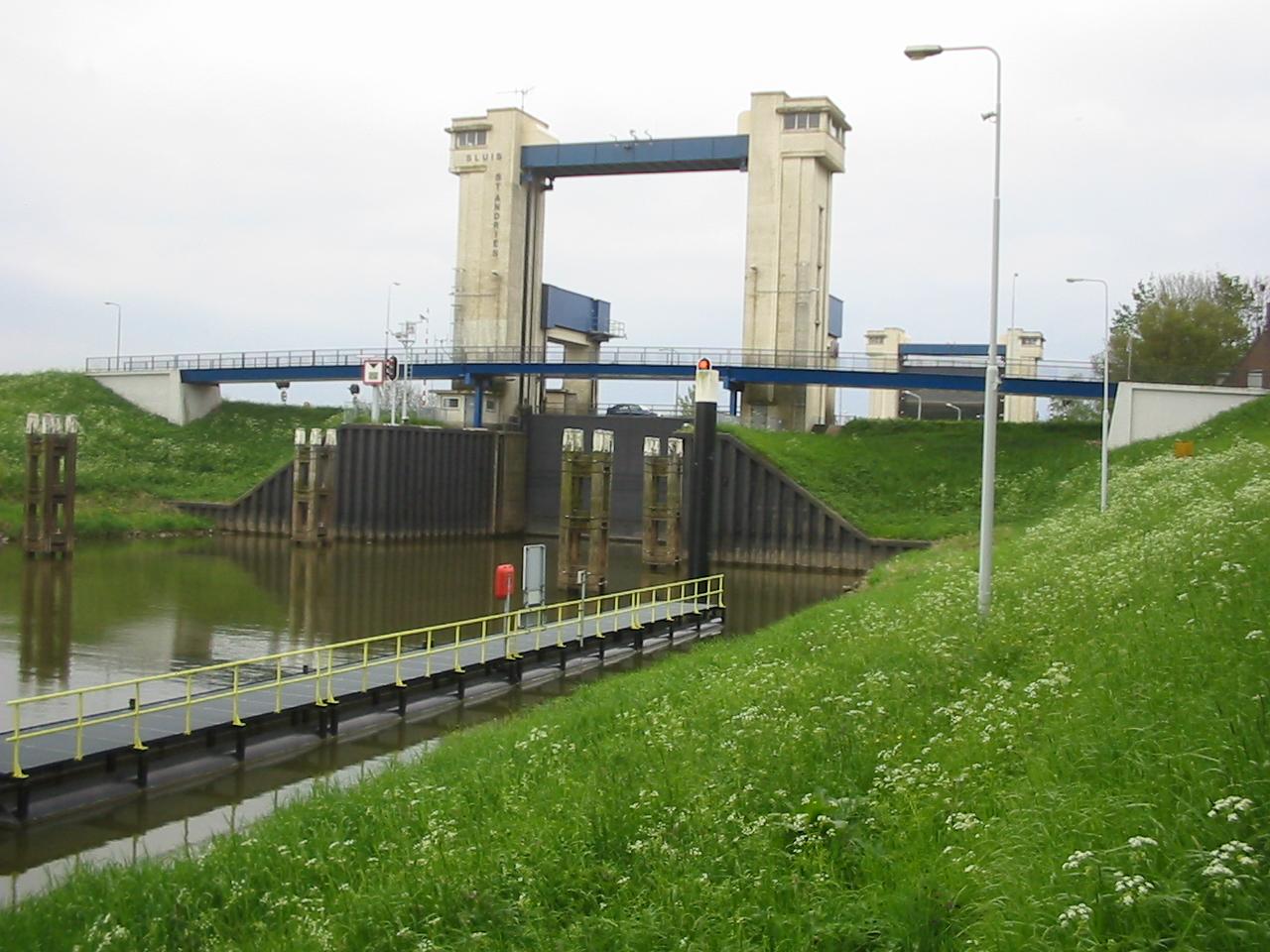 De Sluis St. Andries, gezien vanaf de Waalzijde. (Foto Wikipedia)