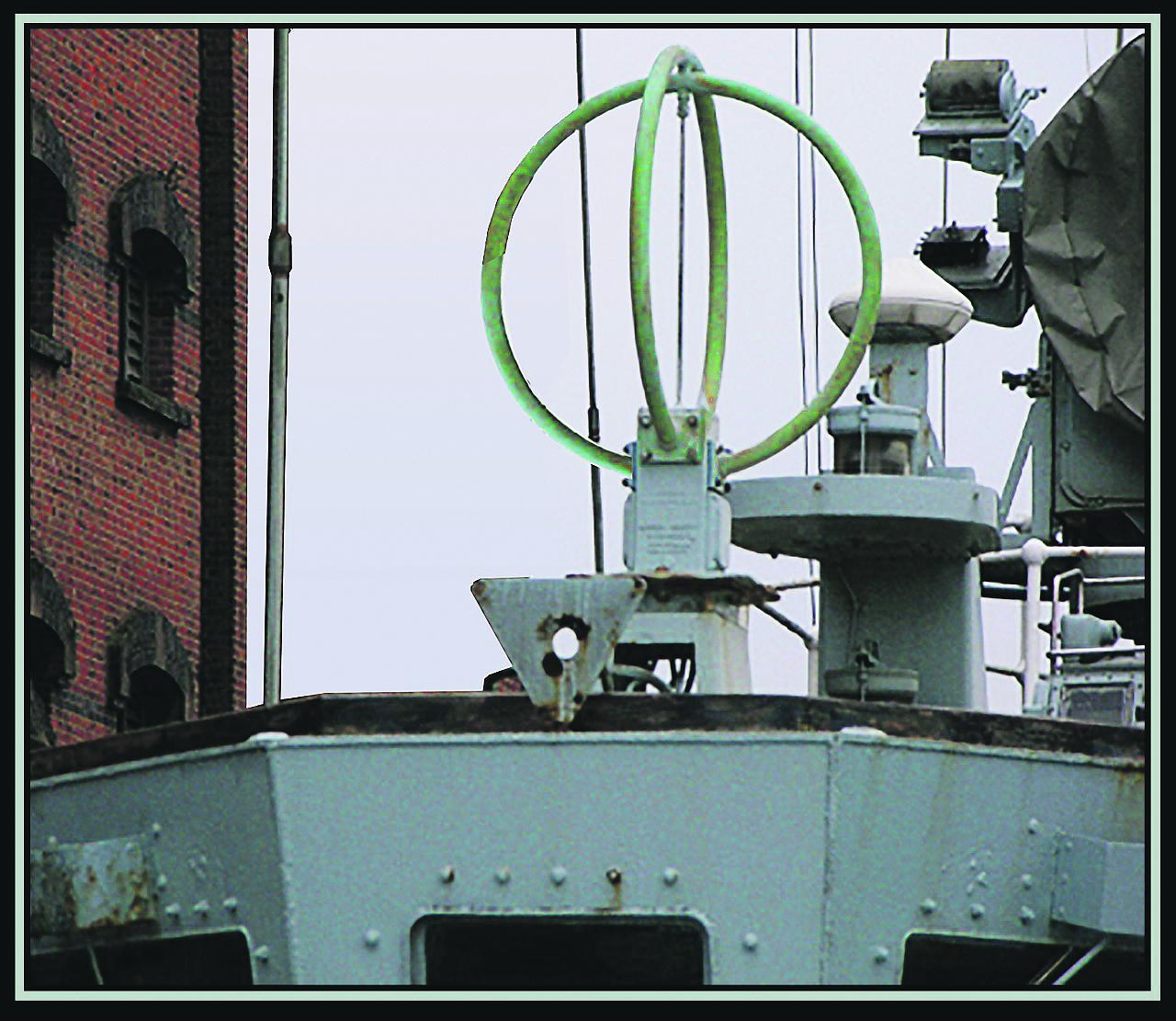 Vóór de komst van GPS was vrijwel ieder zichzelf respecterend zeegaand schip uitgerust met een dergelijke antenne, om via radiopeilingen de eigen positie te kunnen bepalen.