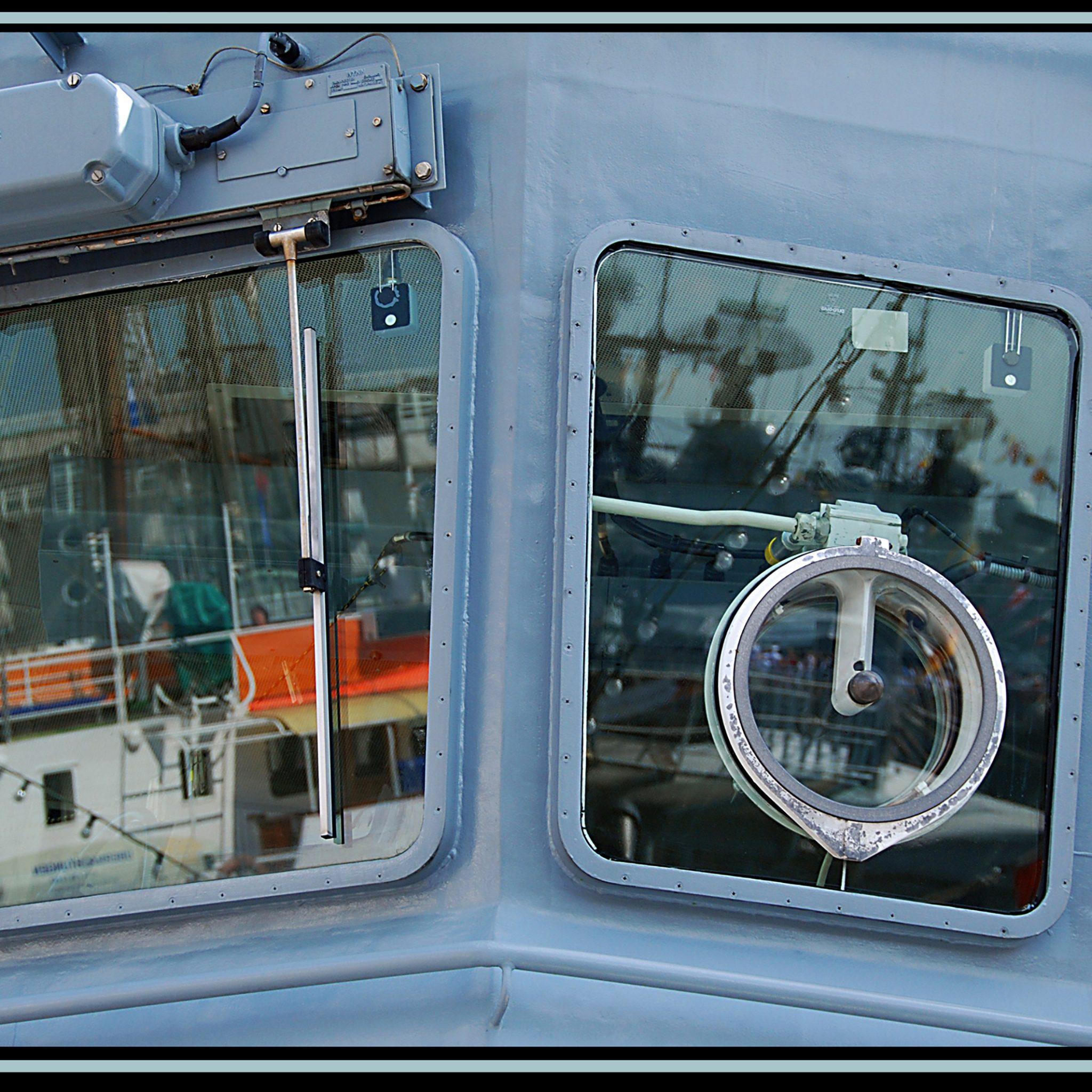 De brug van een schip dat zowel met een conventionele ruitenwisser als met een slingerruit is voorzien. Bij motregen geeft de gewone ruitenwissel meer blikveld dan de slingerschijf.