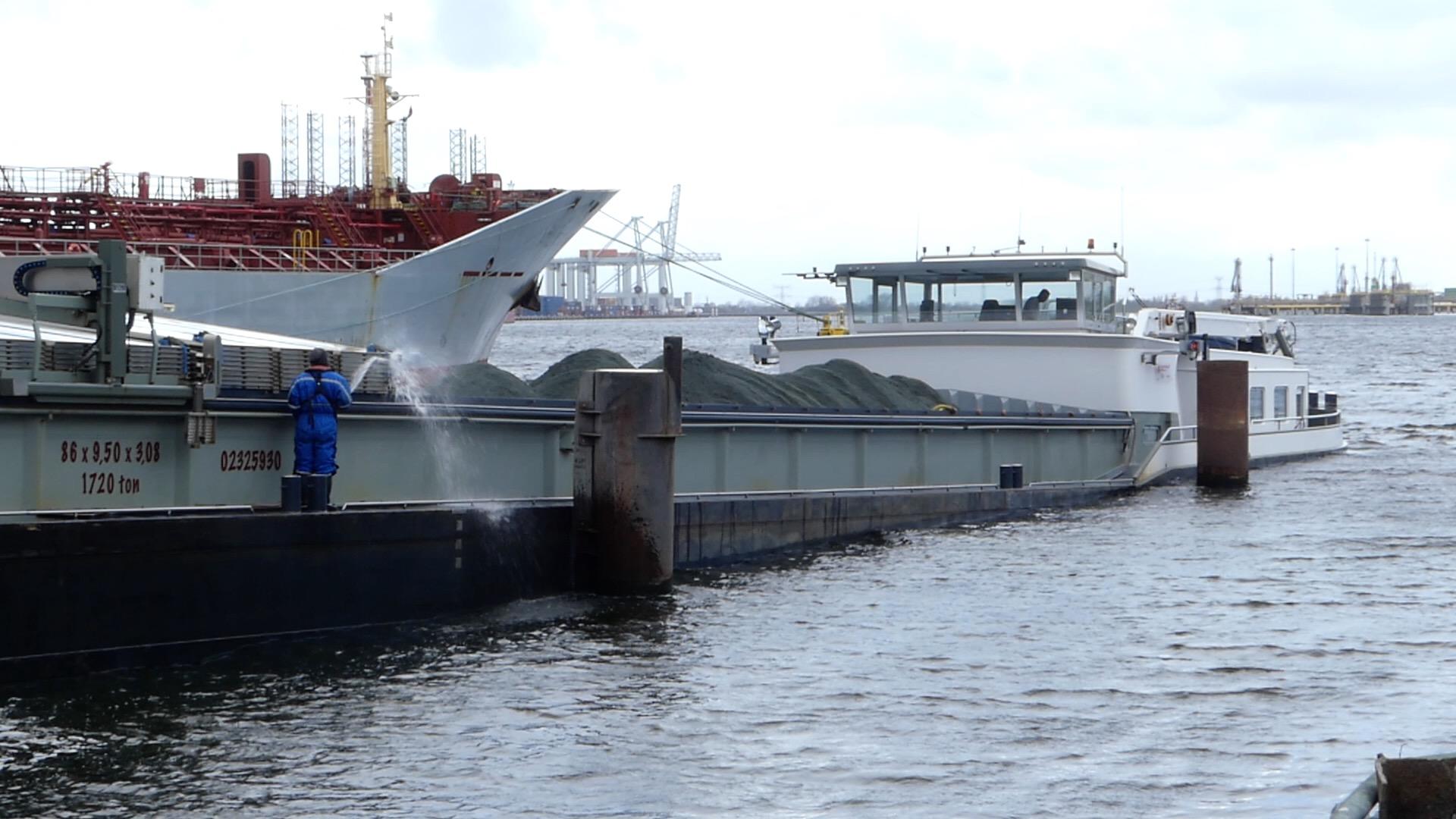 'Er liggen hier dagelijks binnenvaartschepen te laden, soms drie tegelijk.' (Foto Heere Heeresma jr.)