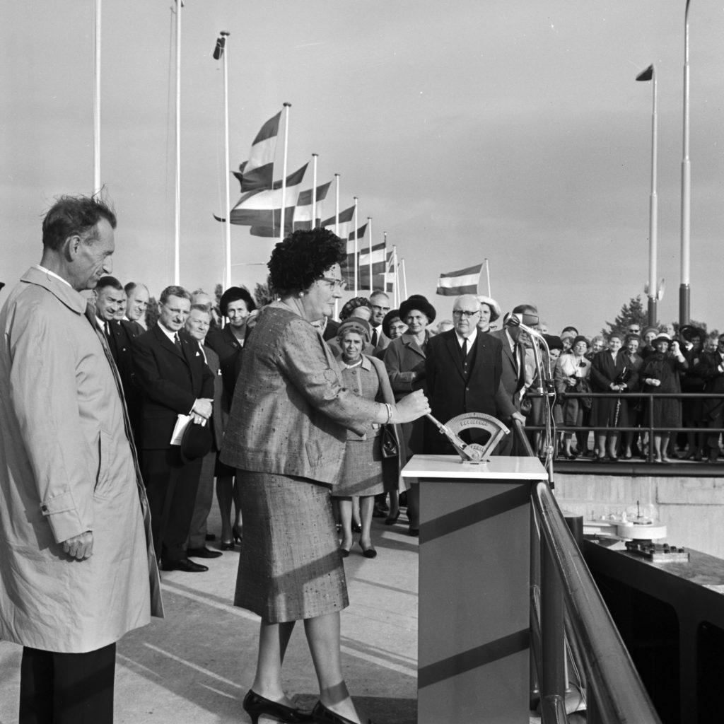 De sluis bij Maasbracht wordt in 1964 geopend door koningin Juliana (Foto Rijkswaterstaat)
