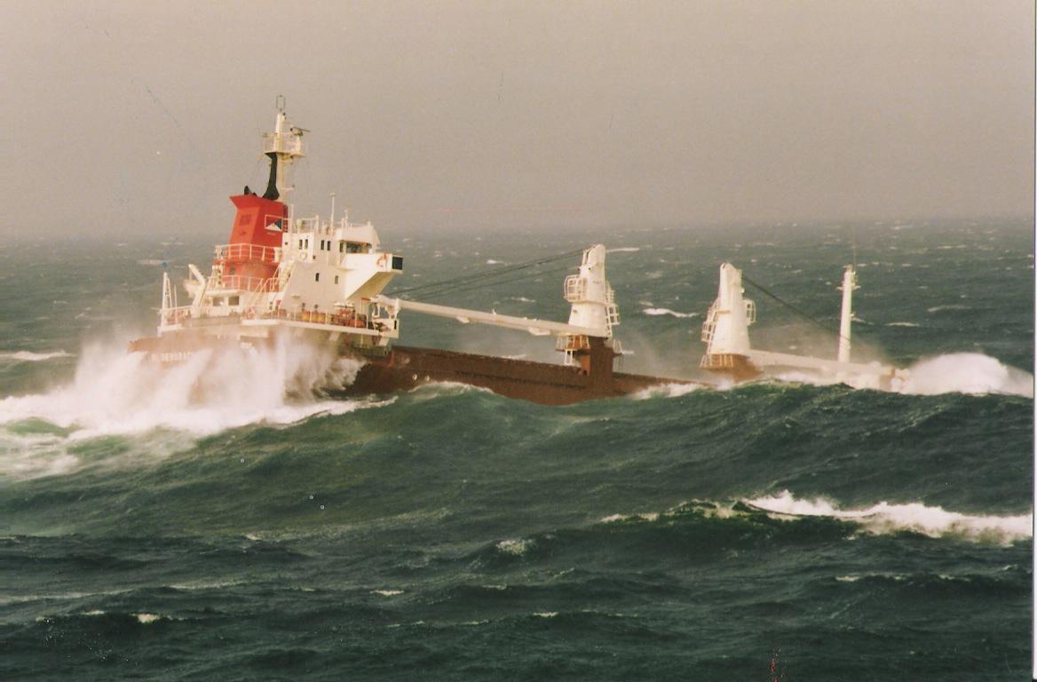 Een grote boot in slecht weer.