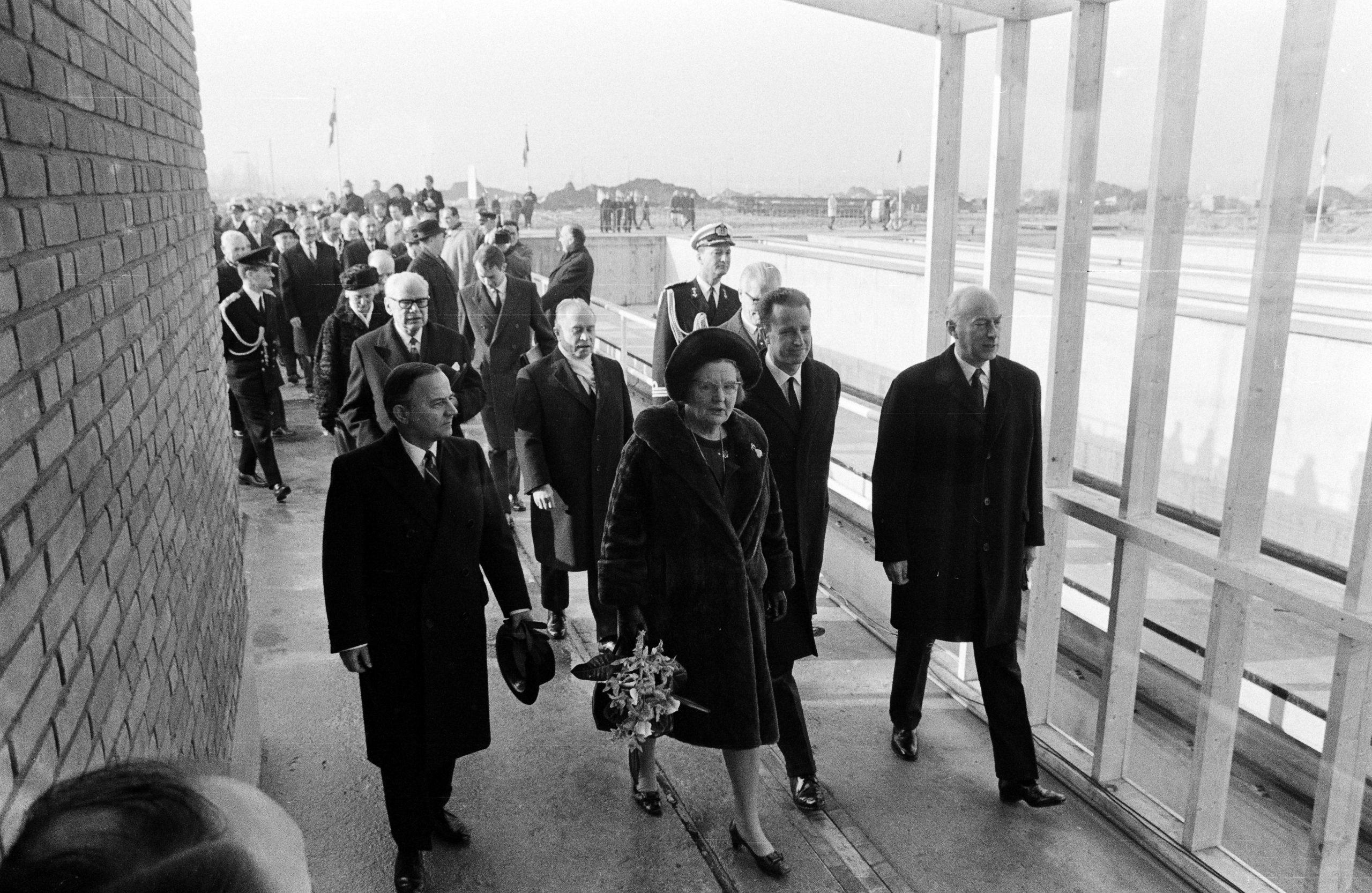 Koningin Juliana opent samen met koning Boudewijn van België (2e van rechts) het hernieuwde Gent-Terneuzenkanaal in 1968 (Foto ANP)