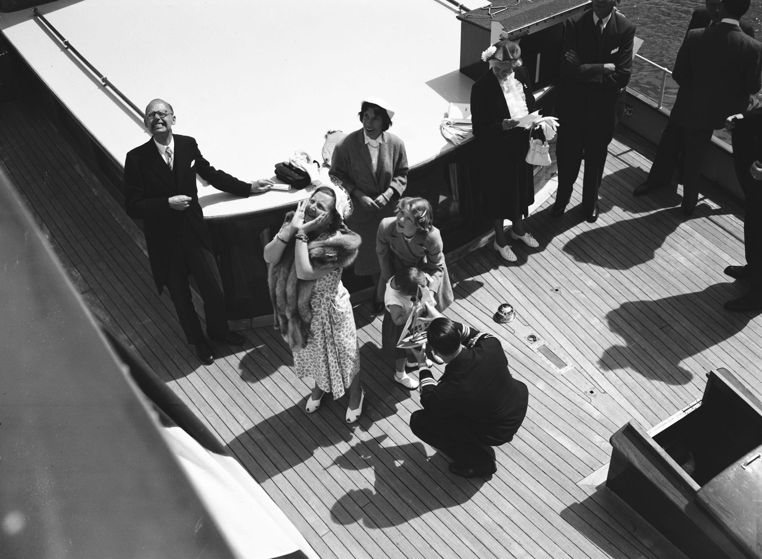 Koningin Juliana aan boord van een schip, met onder andere haar dochters Beatrix en Marijke, tijdens de opening van het Amsterdam-Rijnkanaal in 1952 (Foto ANP)