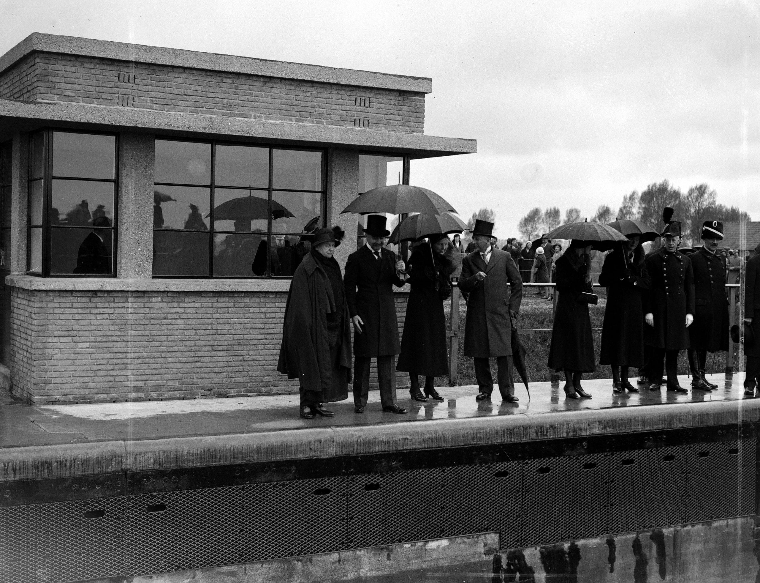 Koningin Wilhelmina (links) en prinses Juliana (3e van links) openen het Julianakanaal aan de noordzijde bij Maasbracht in 1935 (Foto ANP / HOF)