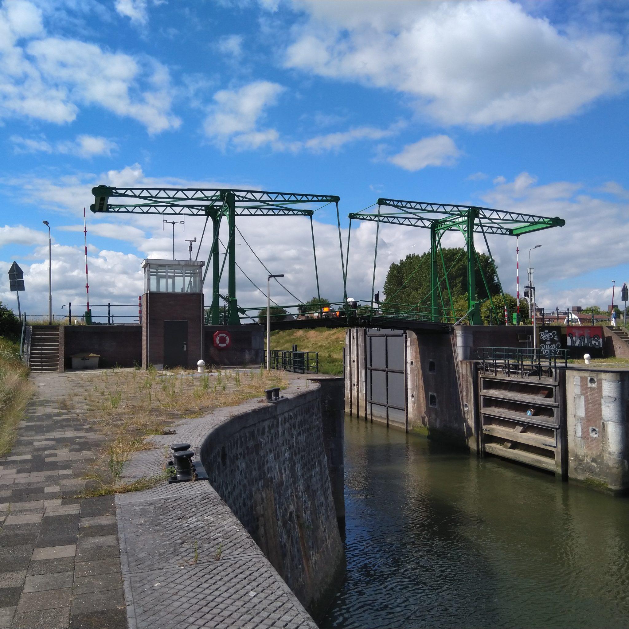 De Emmabrug zal perioden gesloten zijn voor wegverkeer (Foto Rijkswaterstaat)