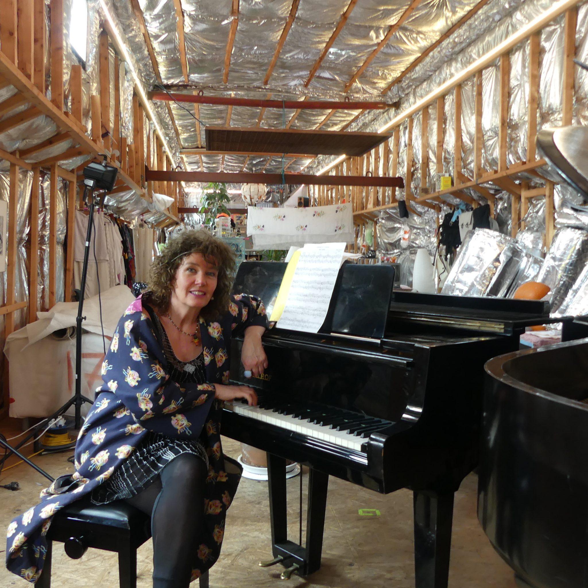 Anmari aan de Petrof in de Lorin. 'Als je in Lima piano's en vleugels kunt hebben, dan kan het ook op een boot.' (Foto Heere Heeresma jr.)