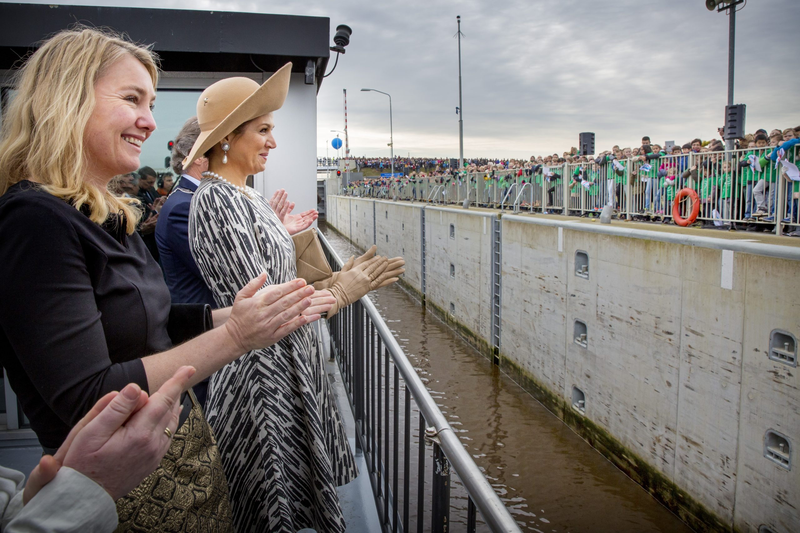 Koningin Máxima opent het Máximakanaal in 2015 bijgestaan door minister van Infrastructuur Melanie Schultz van Haegen (Foto ANP / Robin Utrecht)