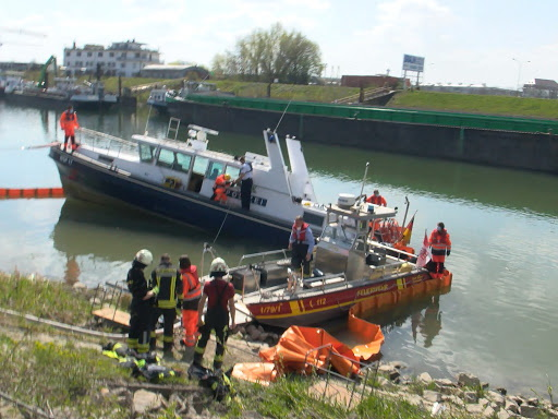Patrouilleboot Wasserschutzpolizei wordt door de brandweer boven water gehouden leeggepompt (Foto MRN-news)