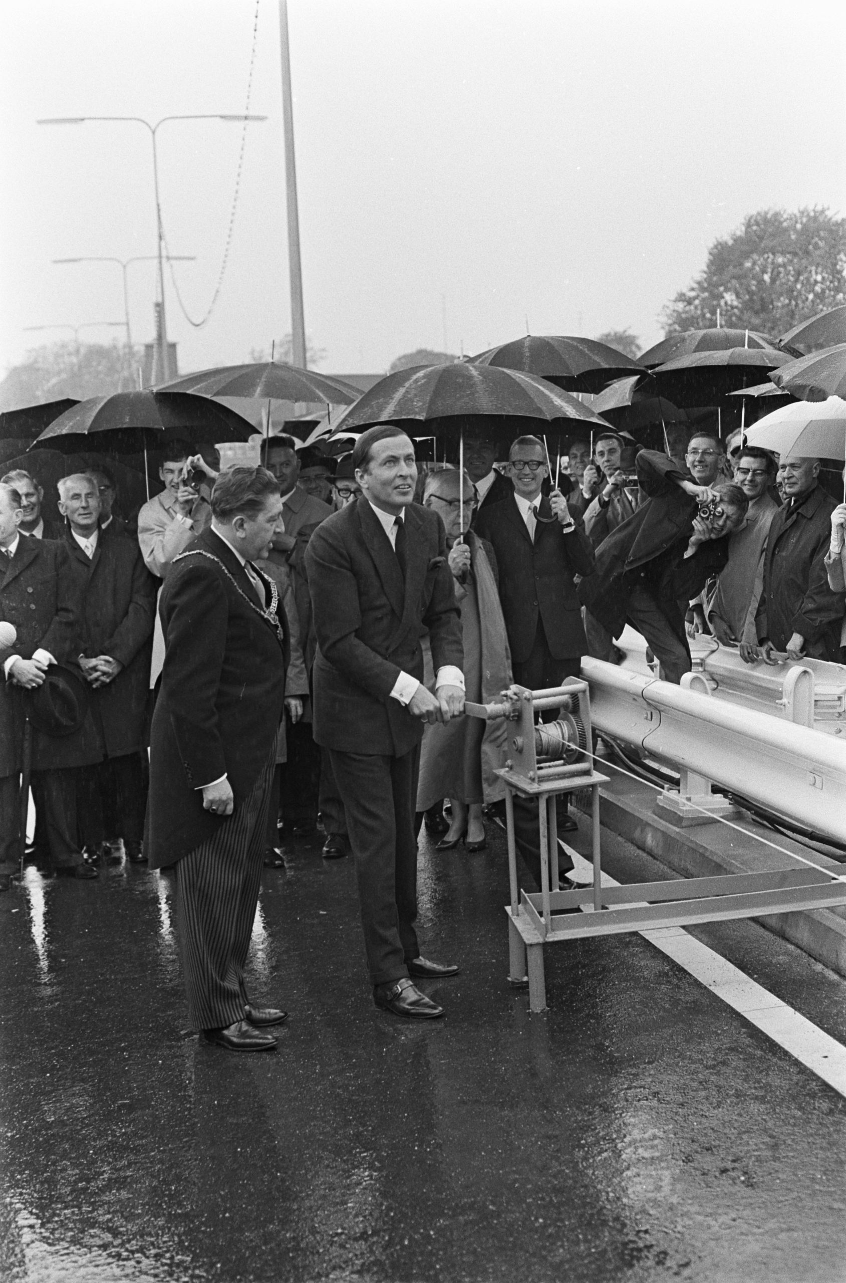 Prins Claus opent de John F. Kennedybrug in 1968 (Foto Wikipedia)