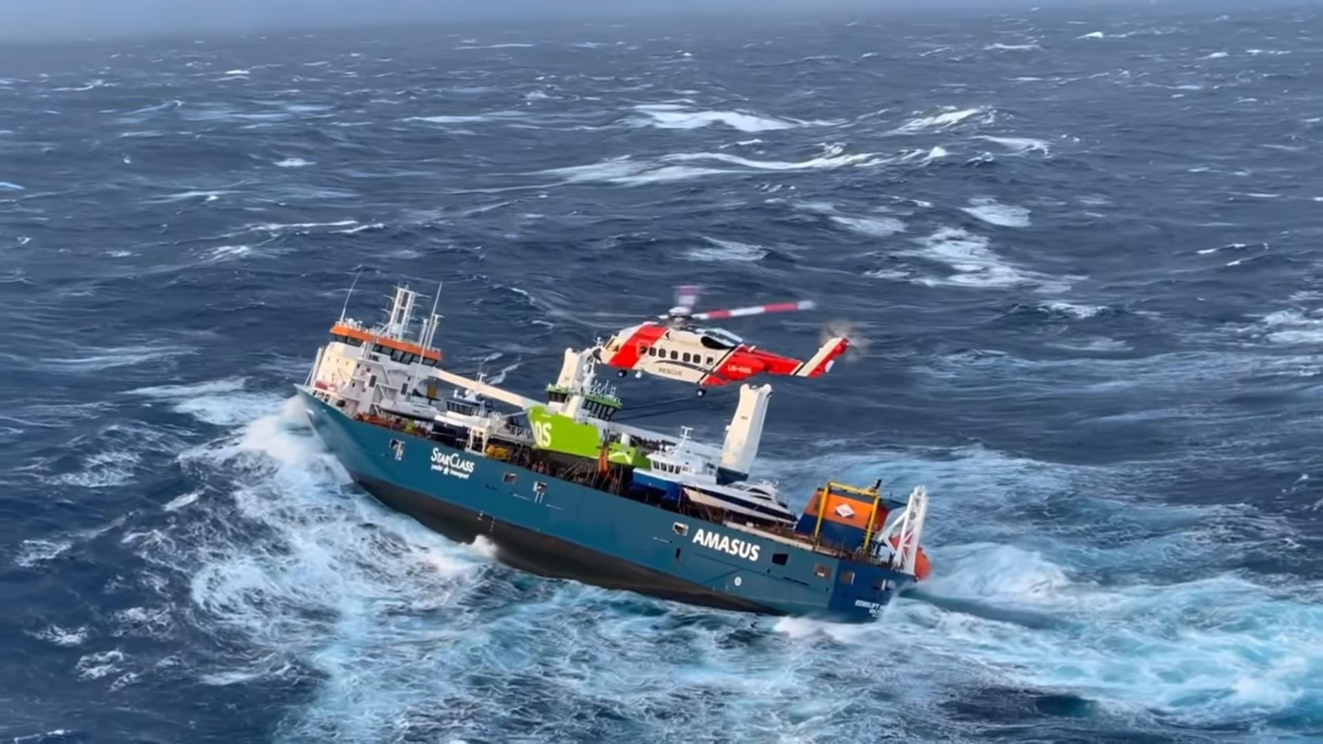 De reddingsactie van de Eemslift Hendrika was een spectaculaire operatie (Foto YouTube / Hovedredningssentralen Sør-Norge)