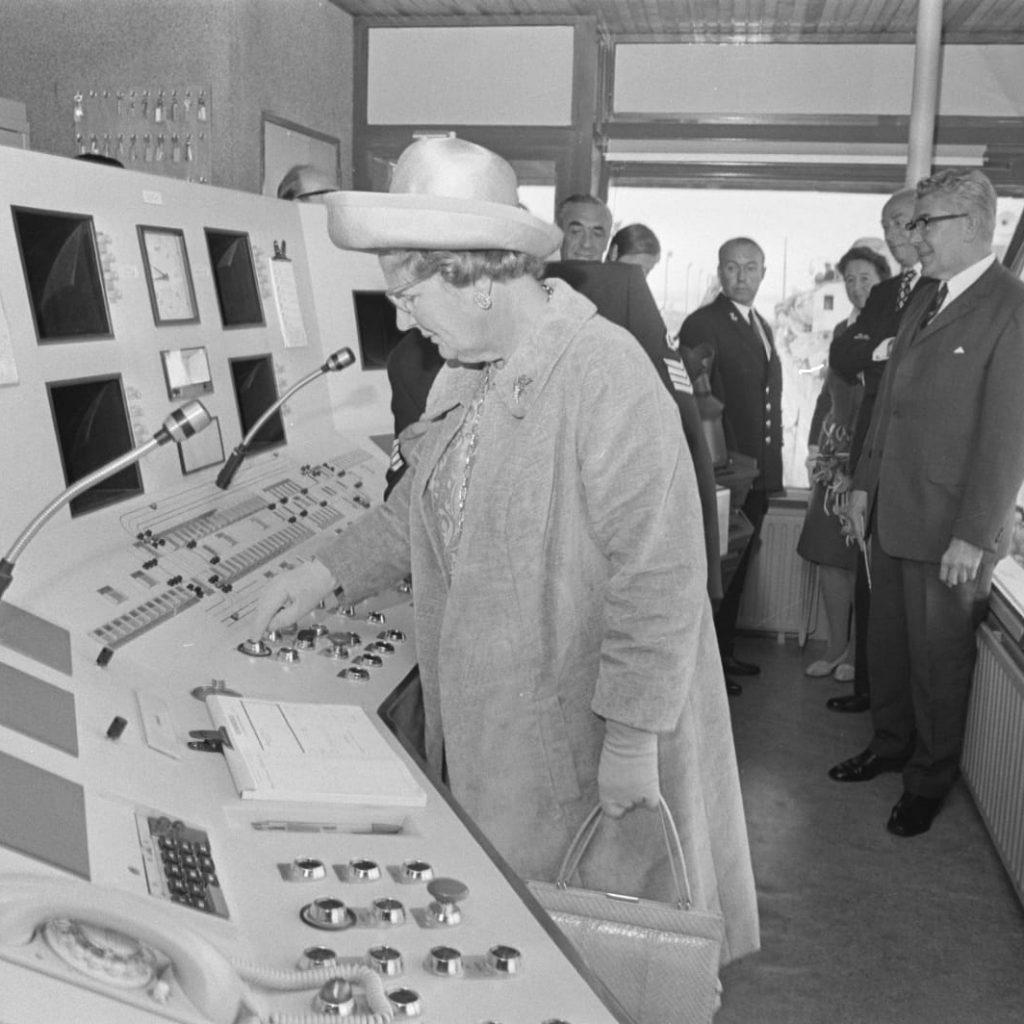 Koningin Juliana opent de Rozenburgsesluis in 1971 (Foto Havenbedrijf Rotterdam)