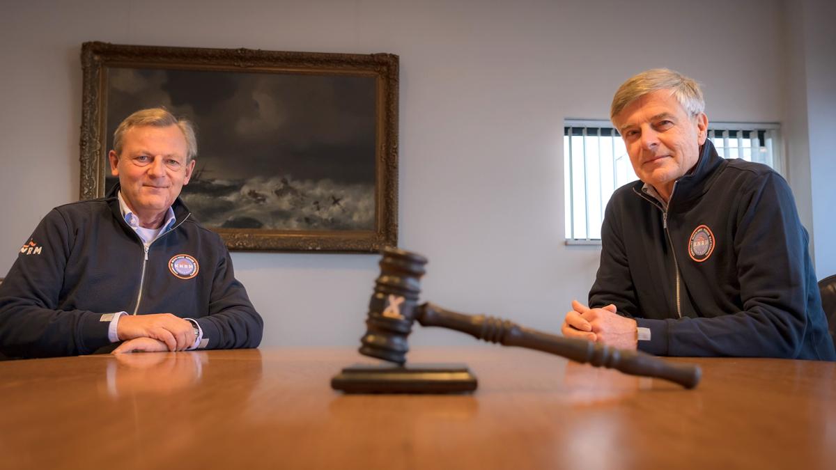 Rutger van Slobbe en Frits van Bruggen wisselen de KNRM-voorzittershamer