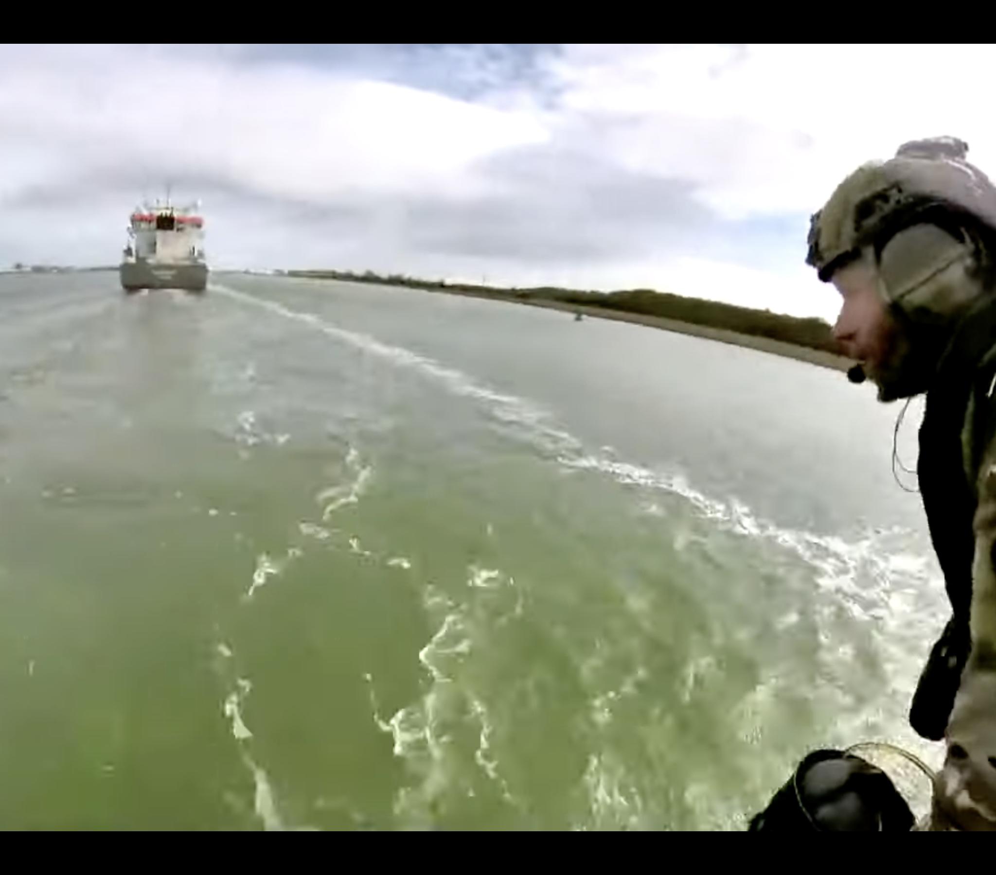 Korps Mariniers testen het revoluitionaire vliegpak in de Rotterdamse haven (Bron Defensie)