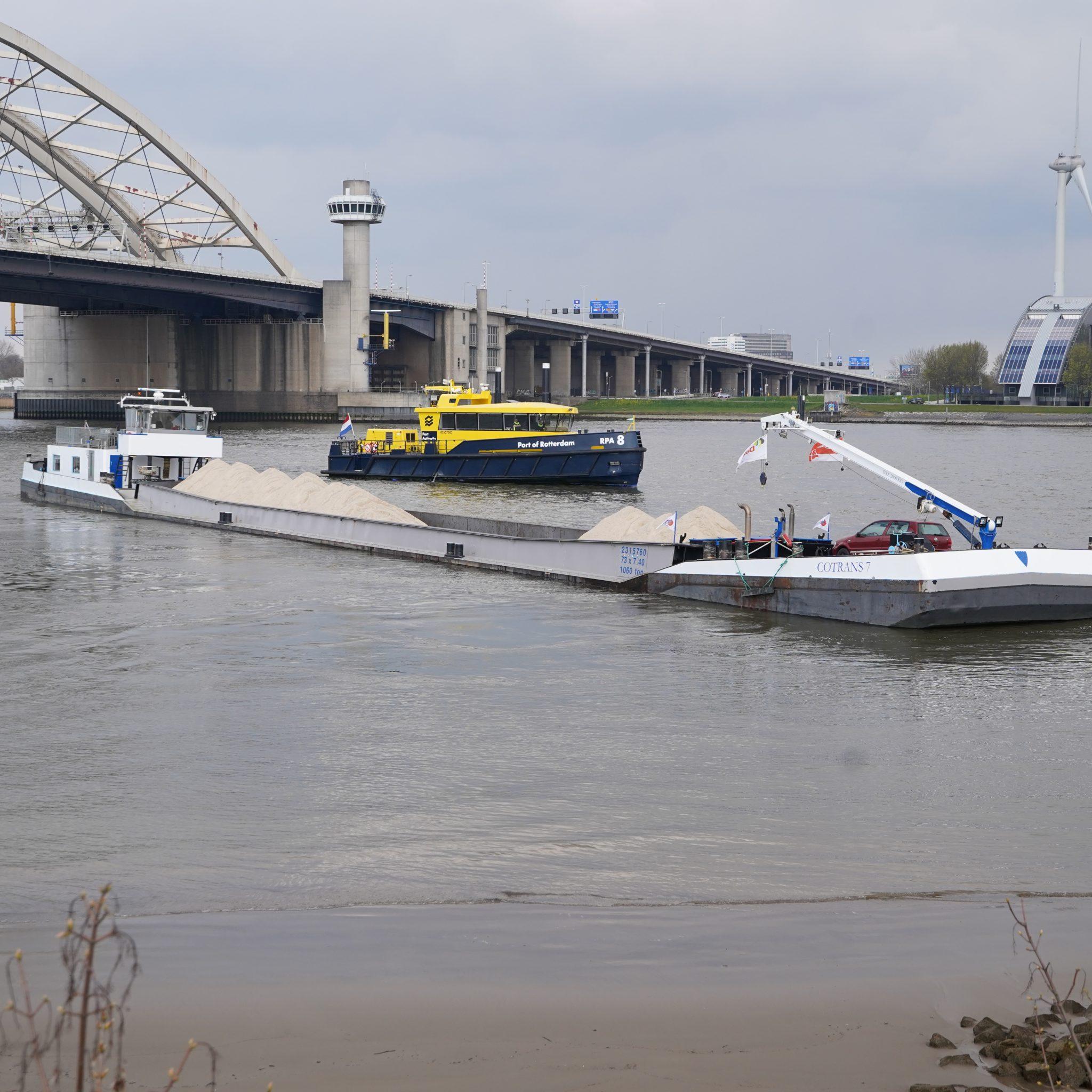 De Cotrans 7 met op de achtergrond de Brienenoordbrug (Foto Media-TV)