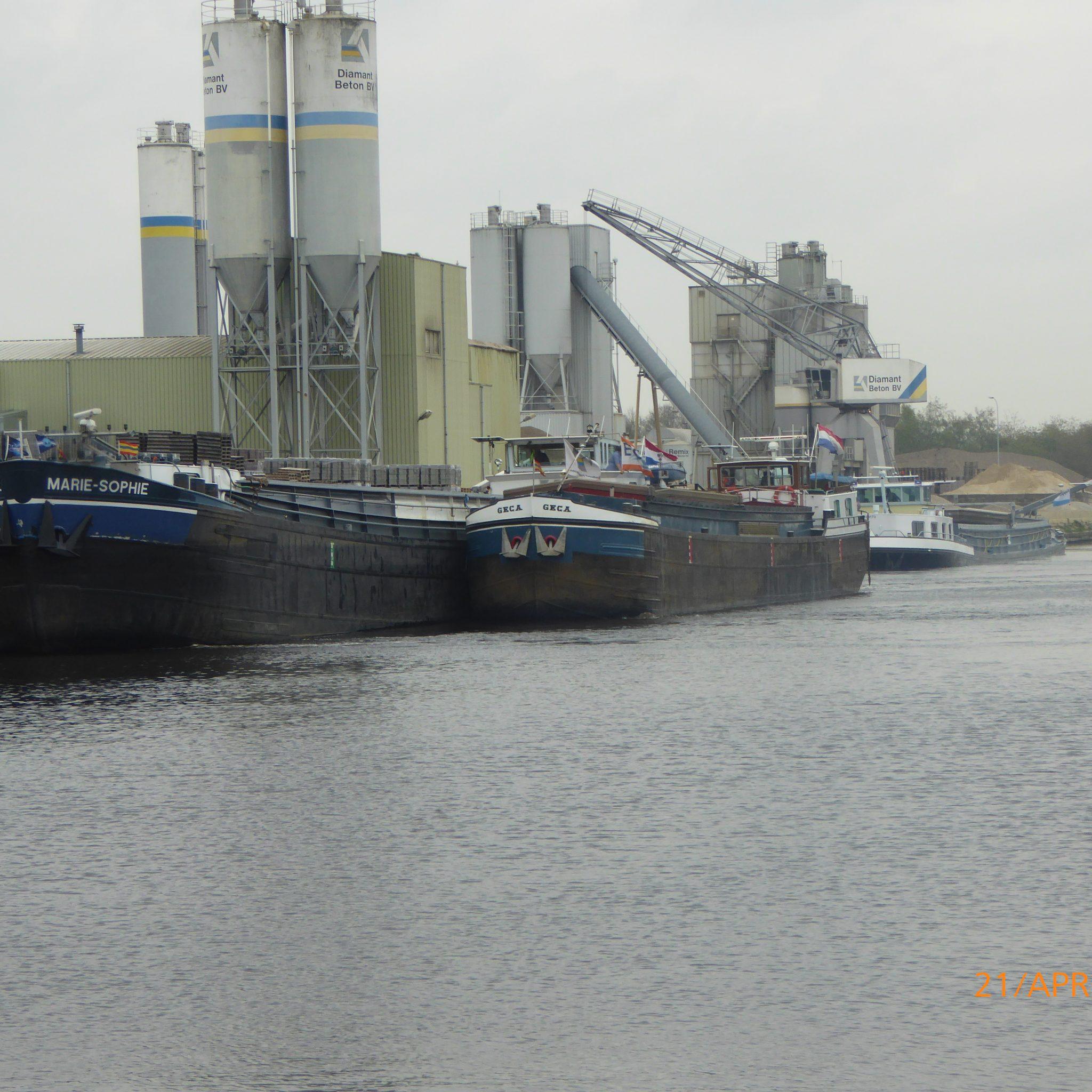 De overslag aan het Almelo naar Coevorden daalde in 2020 met ruim 7%. Bij betonfabriek Diamant in Hardenberg bleef hij echter op peil. (Archieffoto WdN)