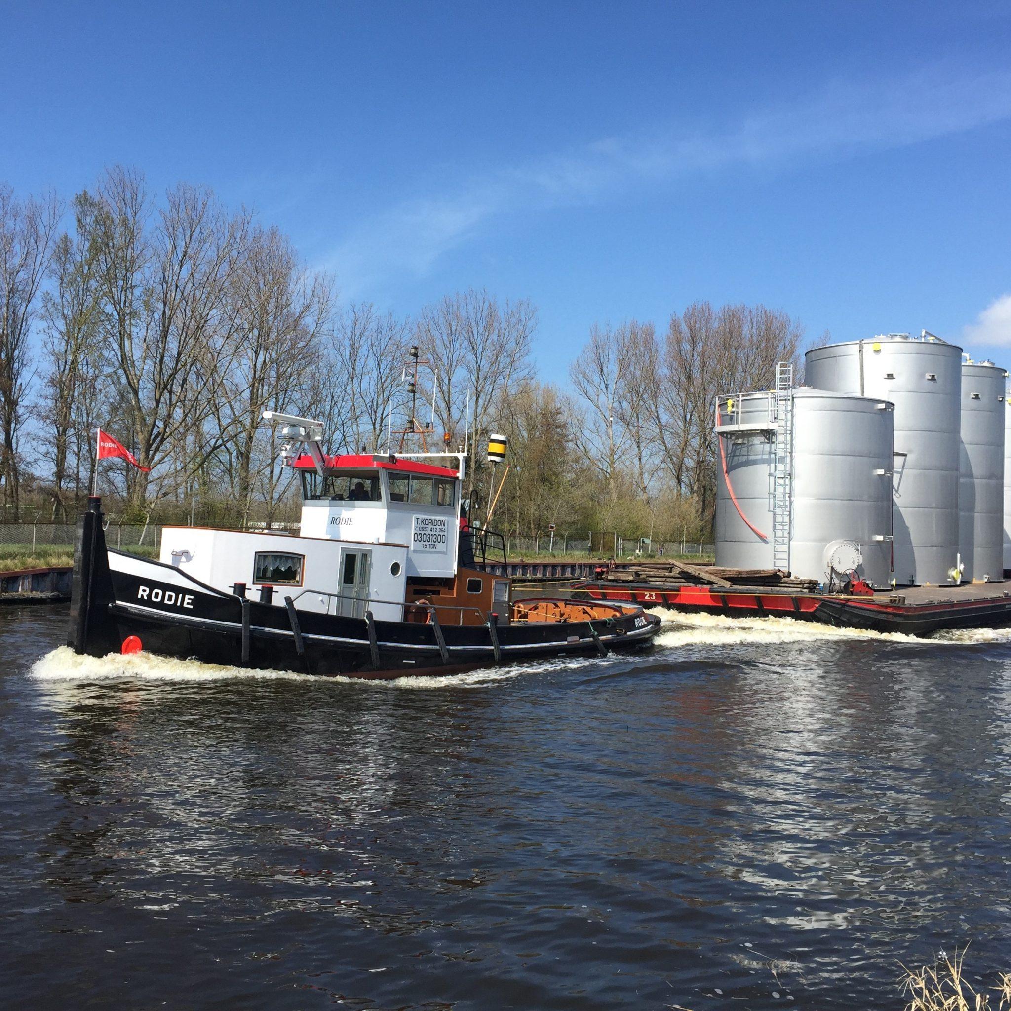 Het silotransport van Rodie heeft de vaart er flink in tussen Koedijk en de binnenstad van Alkmaar. (Foto Sandra Schotvanger)