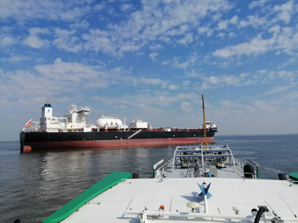 De FlexFueler 002 op weg naar haar eerste klant, de Current Spirit van Teekay. (Foto Titan LNG)