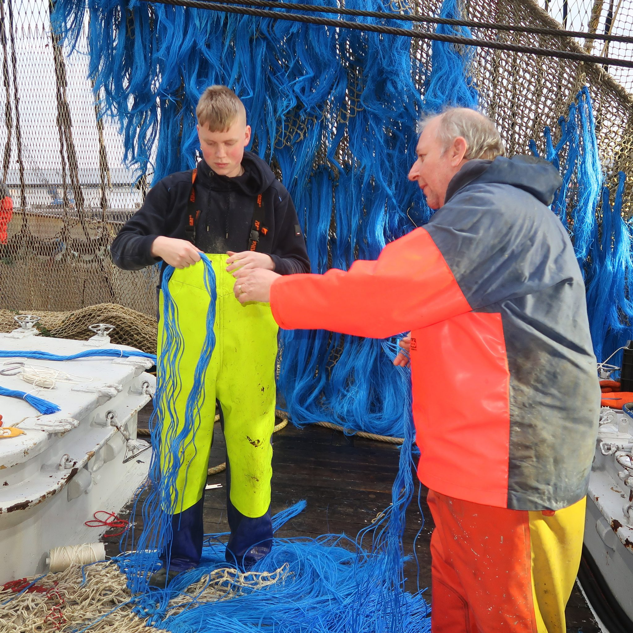 Pieter Kuijt assisteert opstapper Gerard Verburg. (Foto W.M. den Heijer)