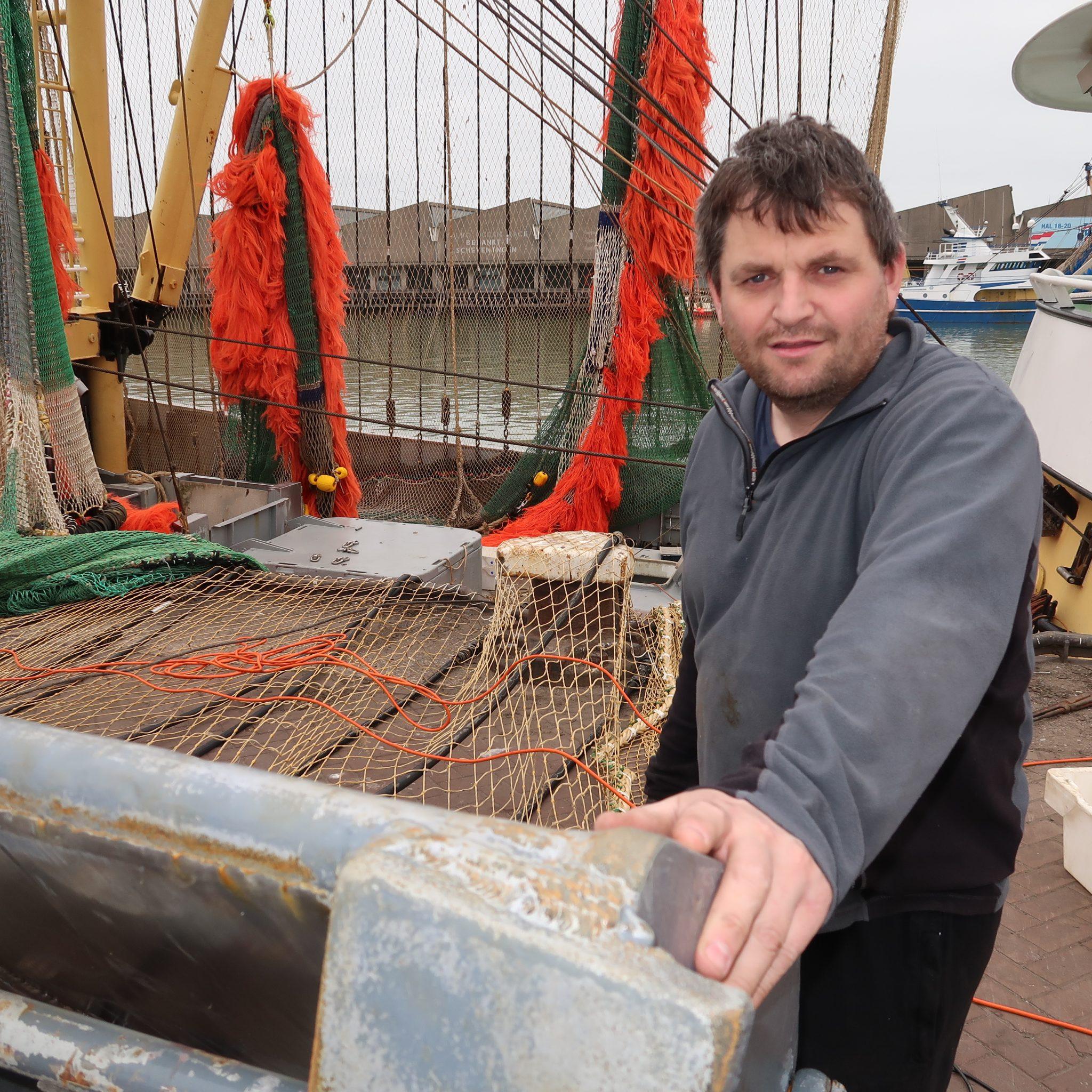Op de foto schipper Jan van der Vis bij het monteren van de pulsmodules in het vistuig. (foto W.M. den Heijer)