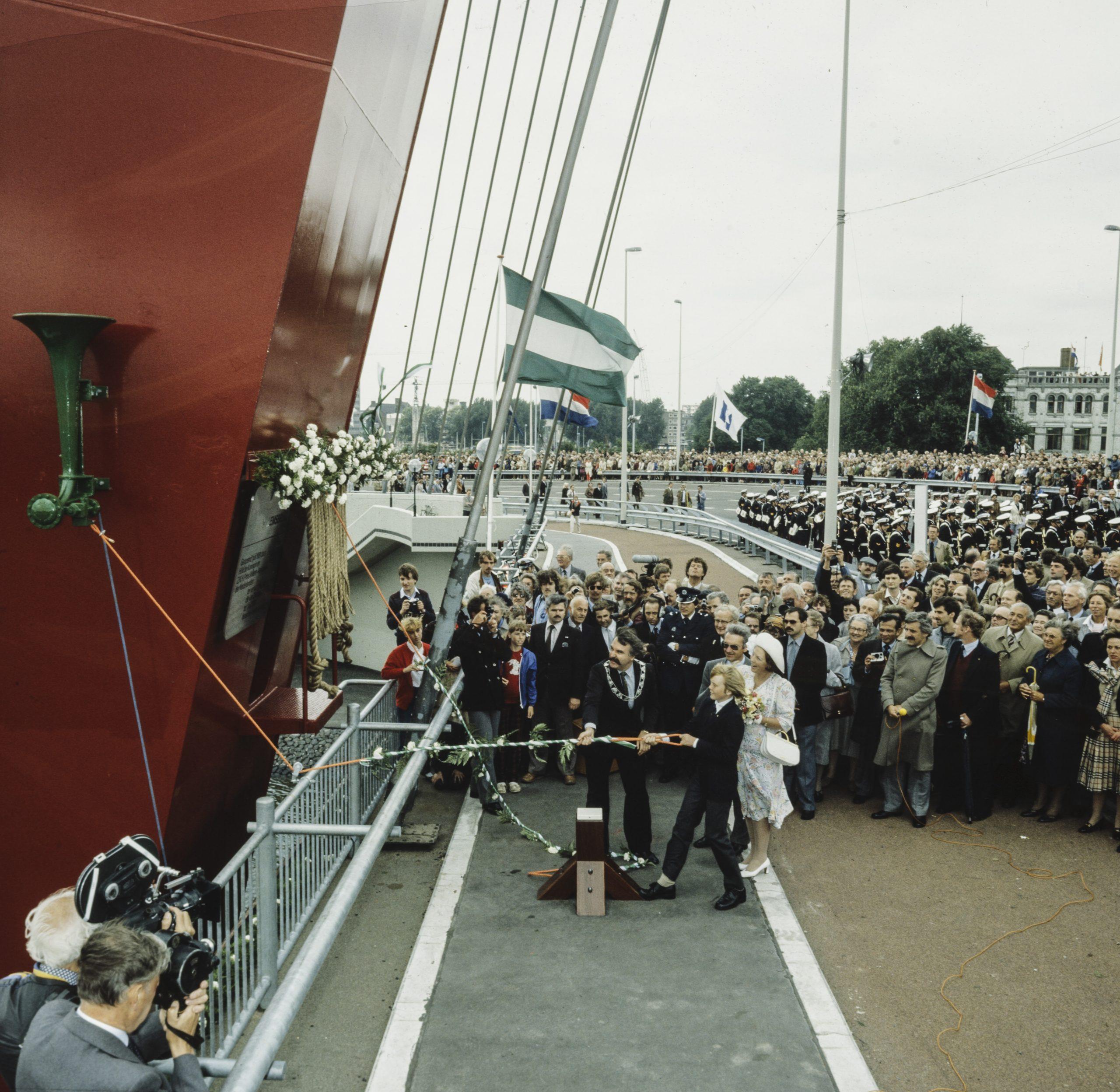 Een jonge prins Willem-Alexander opent de Tweede Willemsbrug in 1981 (Foto ANP)