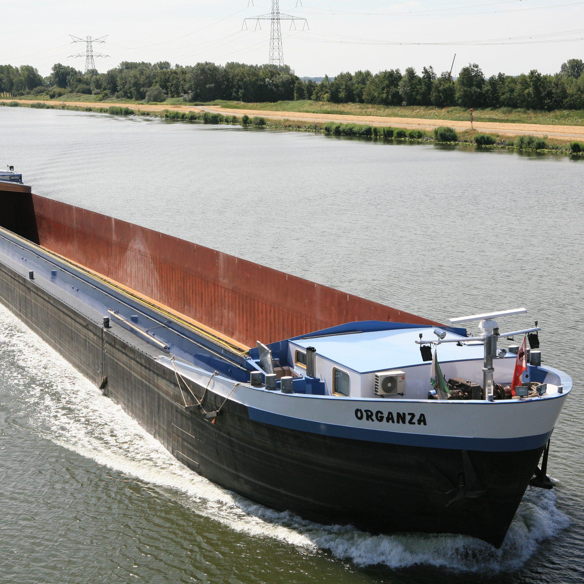 De Organza, hier gefotografeerd op de Schelde-Rijnkanaal, is teruggekeerd uit België. (Foto A.M. van Dijk)