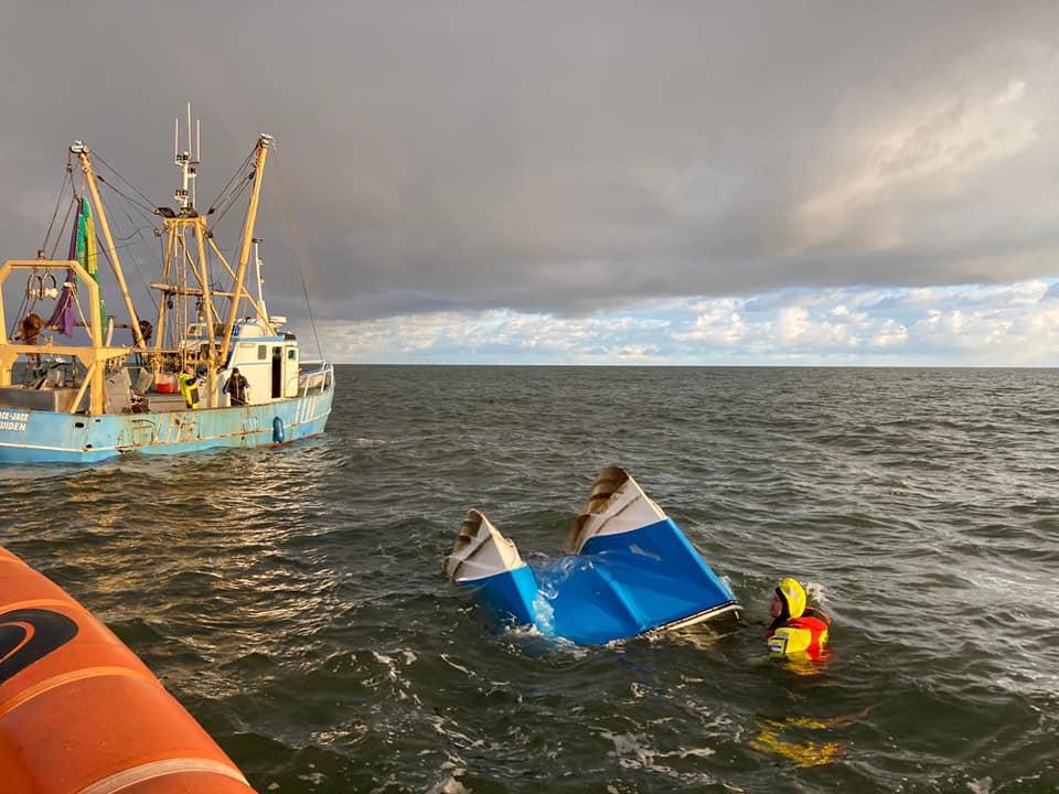 Het gezonken schip wordt momenteel geborgen (Foto KNRM Station Wijk aan Zee)