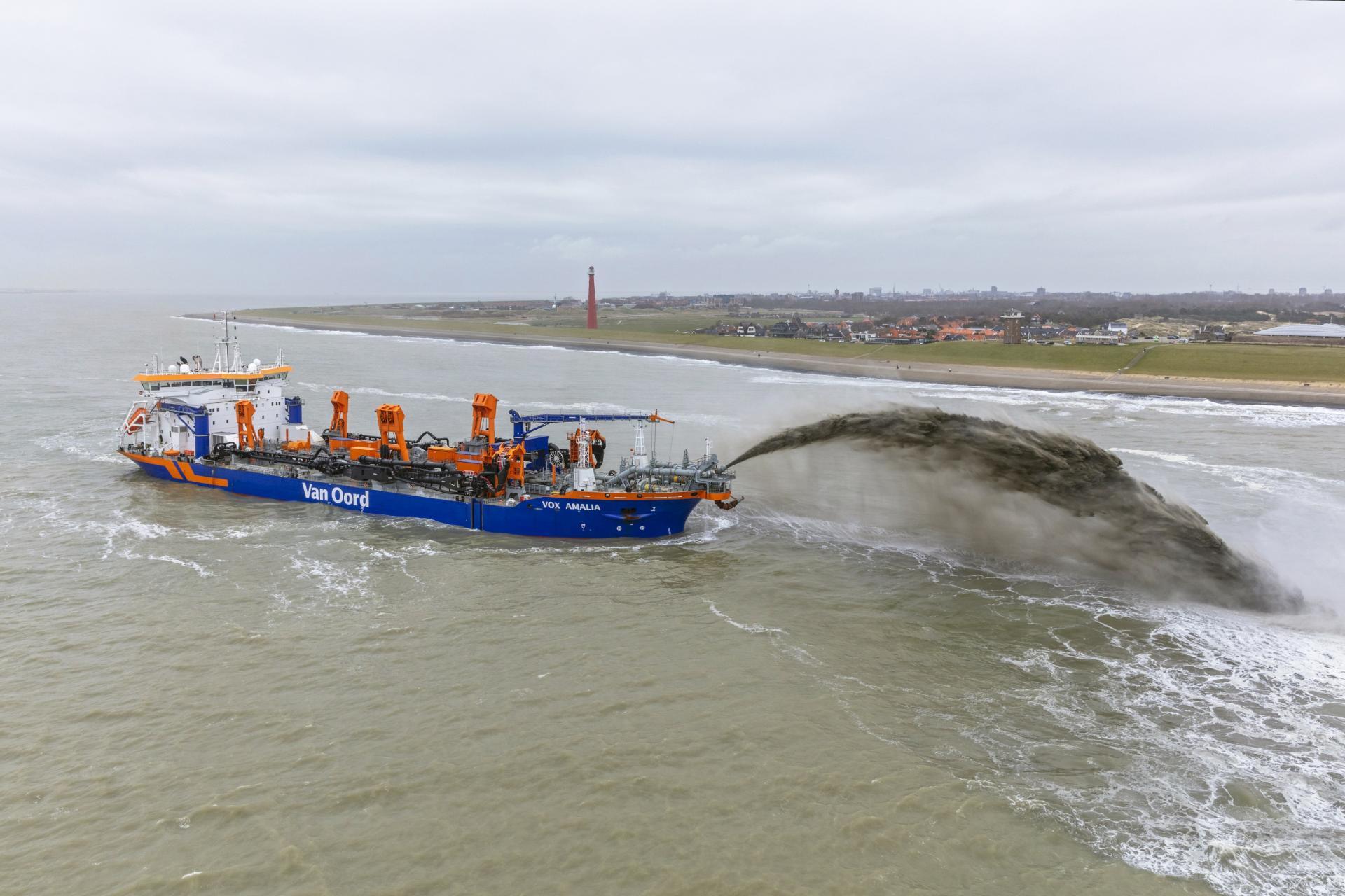 De Vox Amalia op de Noordzee voor Huisduinen. Op de achtergrond de vuurtoren Lange Jaap. (Foto Van Oord)