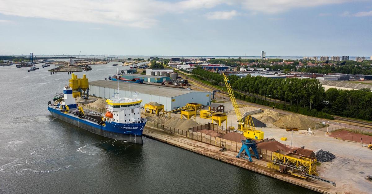 Thecla Bodewes, boegbeeld van de Topsector Water & Maritiem en CEO van Thecla Bodewes Shipyards komt spreken. (Foto TB Shipyards)