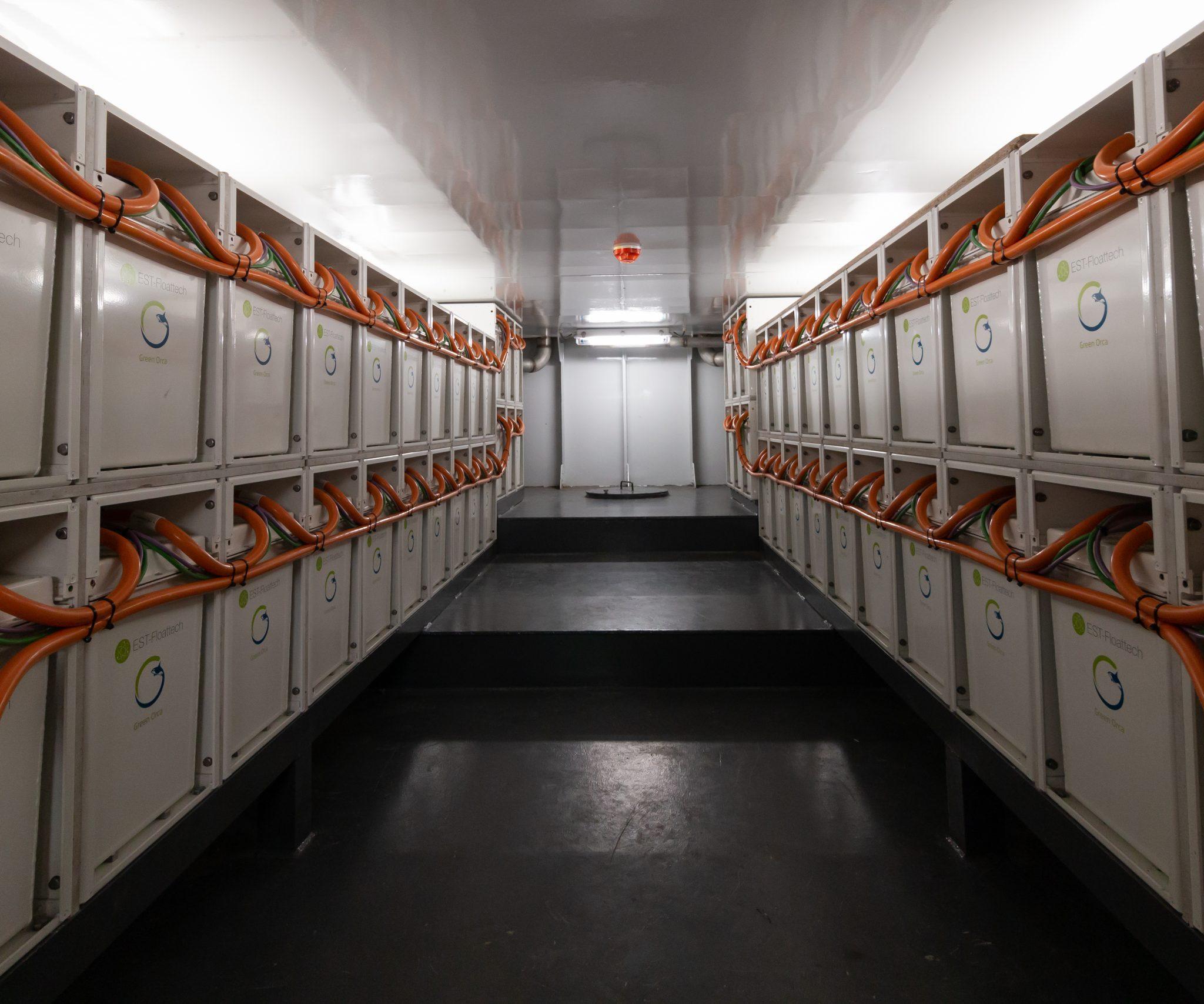 De accu's van EST-Floattech in het binnenvaart containerschip Sendo Liner. (Foto Sendo Shipping)