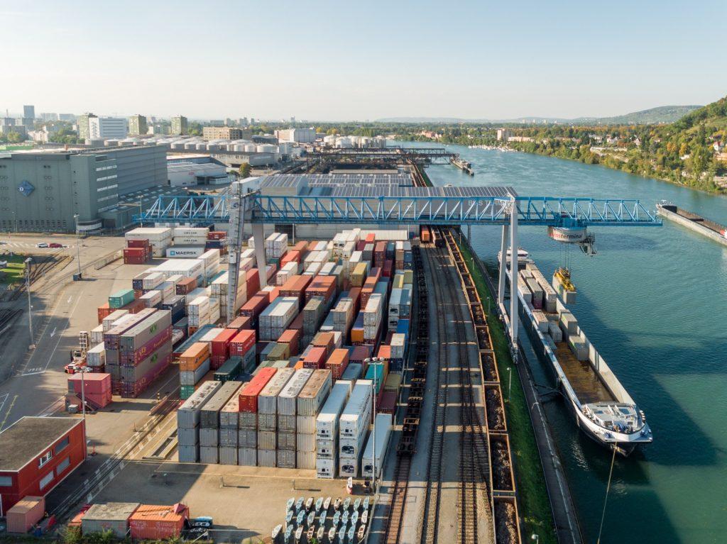 Containeroverslag in Birsfelden. (Foto Port of Switzerland)