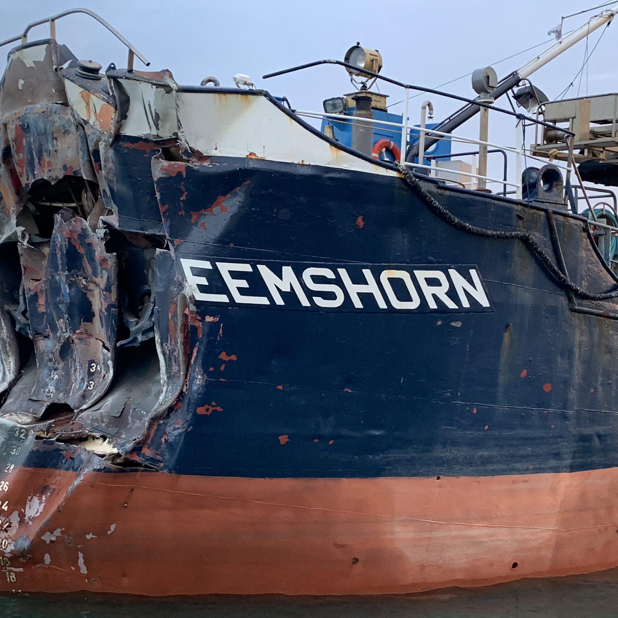 De zwaargehavende Eemshorn na de aanvaring met de Oosterscheldekering. (Foto Omroep Zeeland)