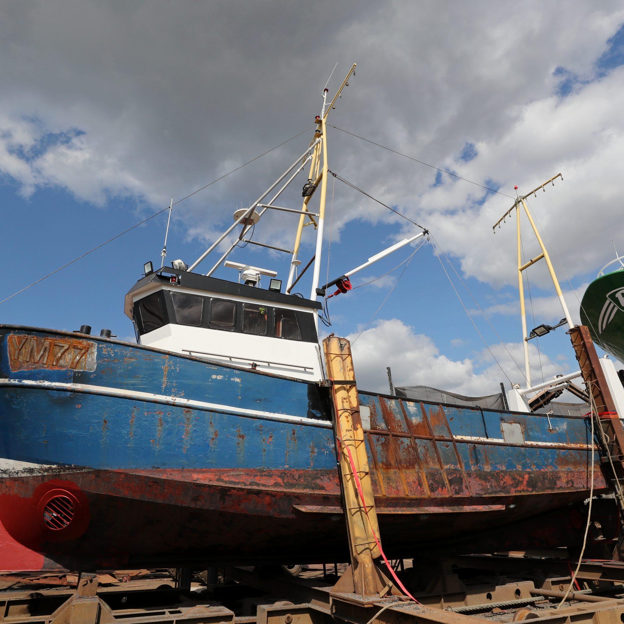 De vroegere EH-15 wordt als YM-77 klaargemaakt voor de visserij op de Noordzee. (Foto Bram Pronk)