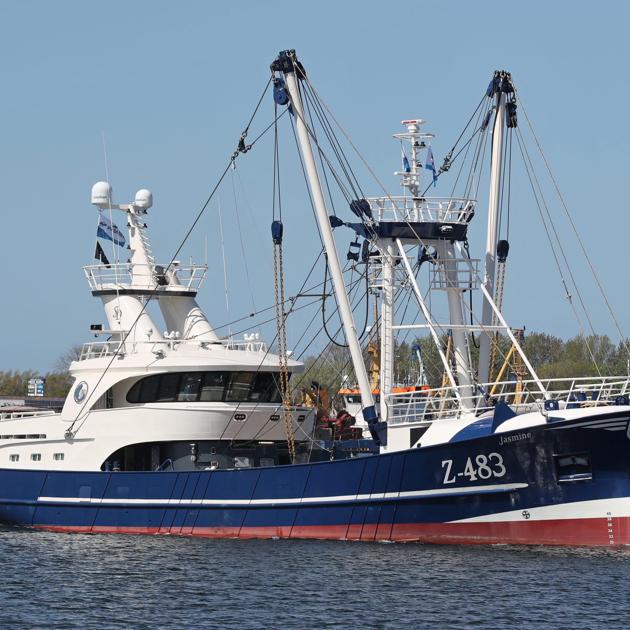 De Z-483 vaart het Haringvliet op voor de proefvaart. (Foto Bram Pronk)